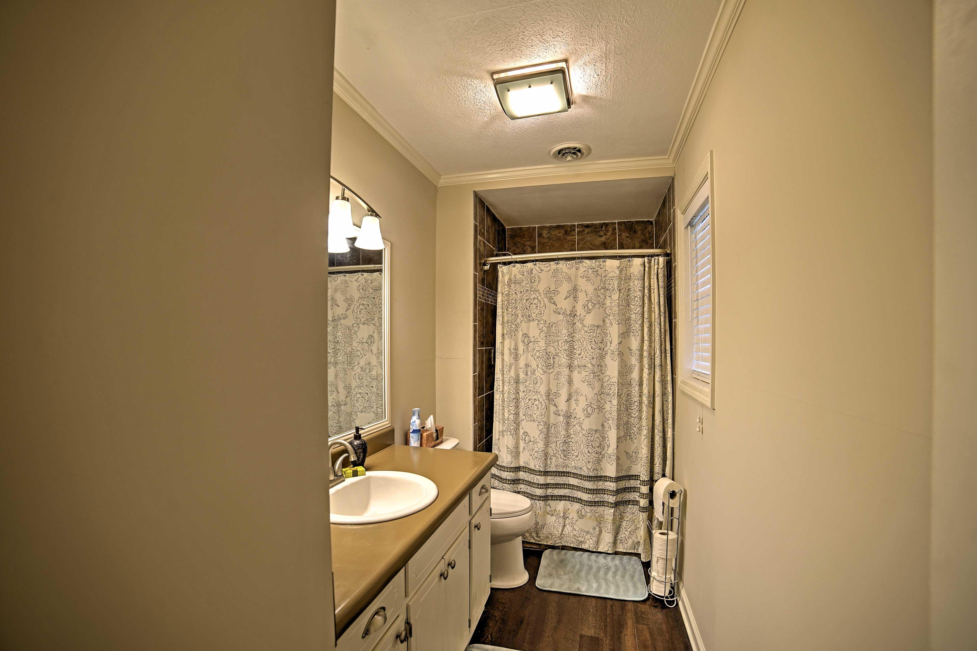 Wash up in this full en-suite bathroom.