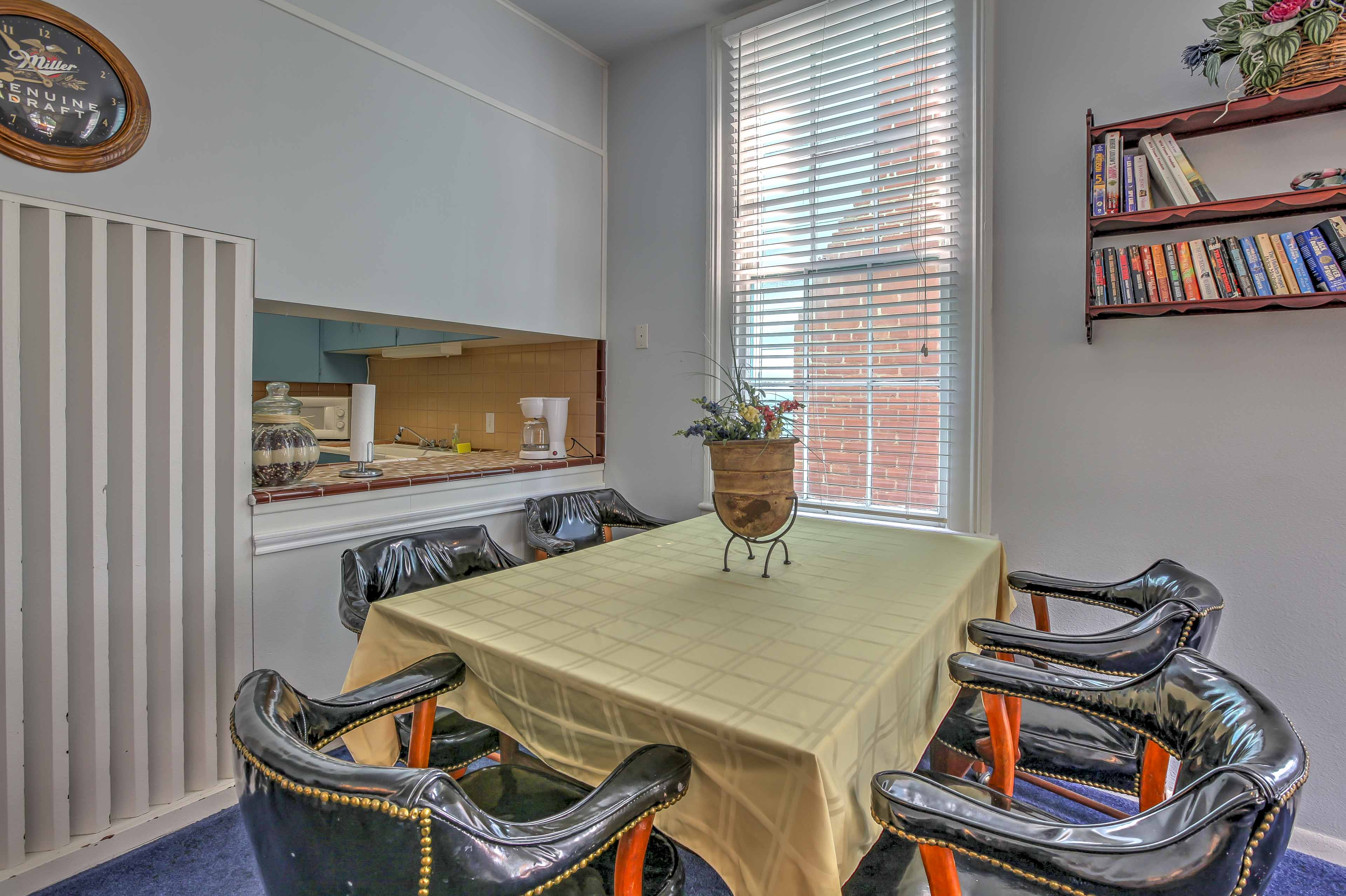 Dine with your loved ones at this 5-person table.