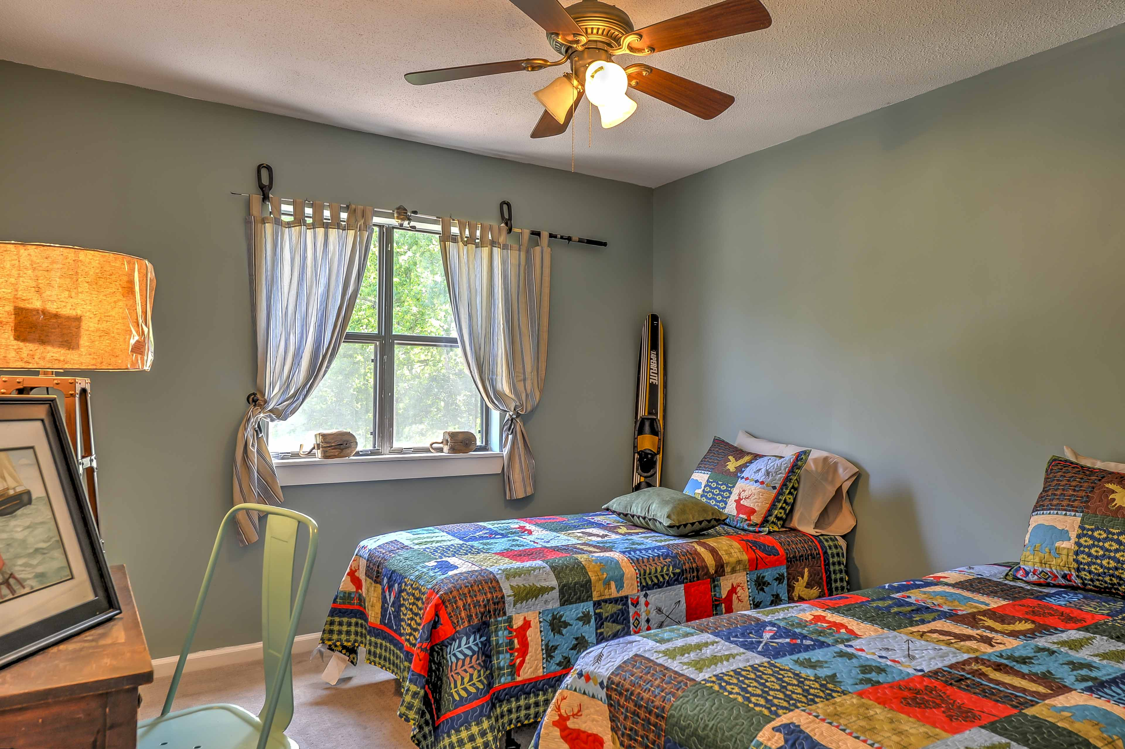 This vibrant bedroom is ideal for the kids!