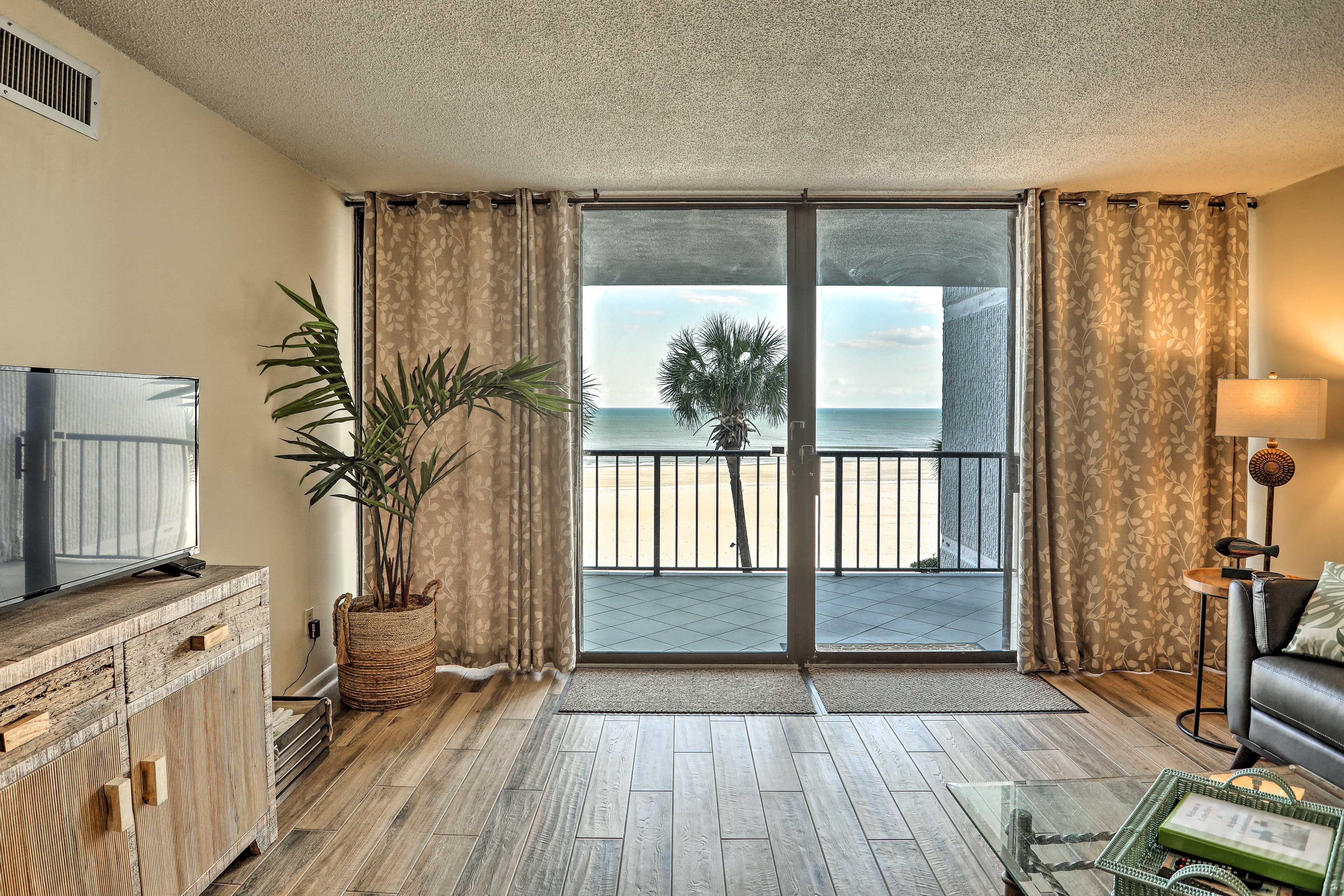 Open the sliding glass doors for a tropical breeze and ocean views!