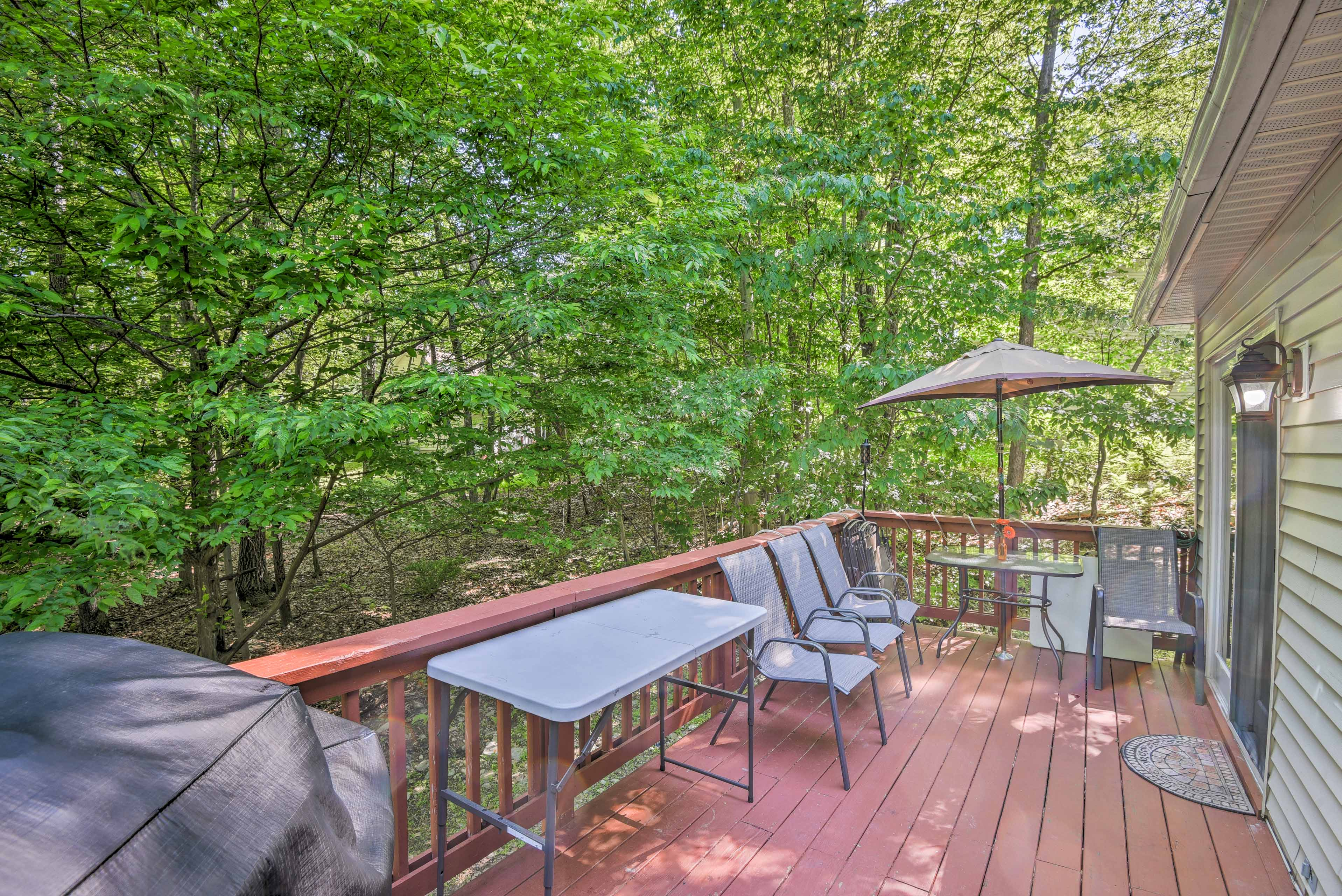 Enjoy barbeques on the deck with use of the gas grill.