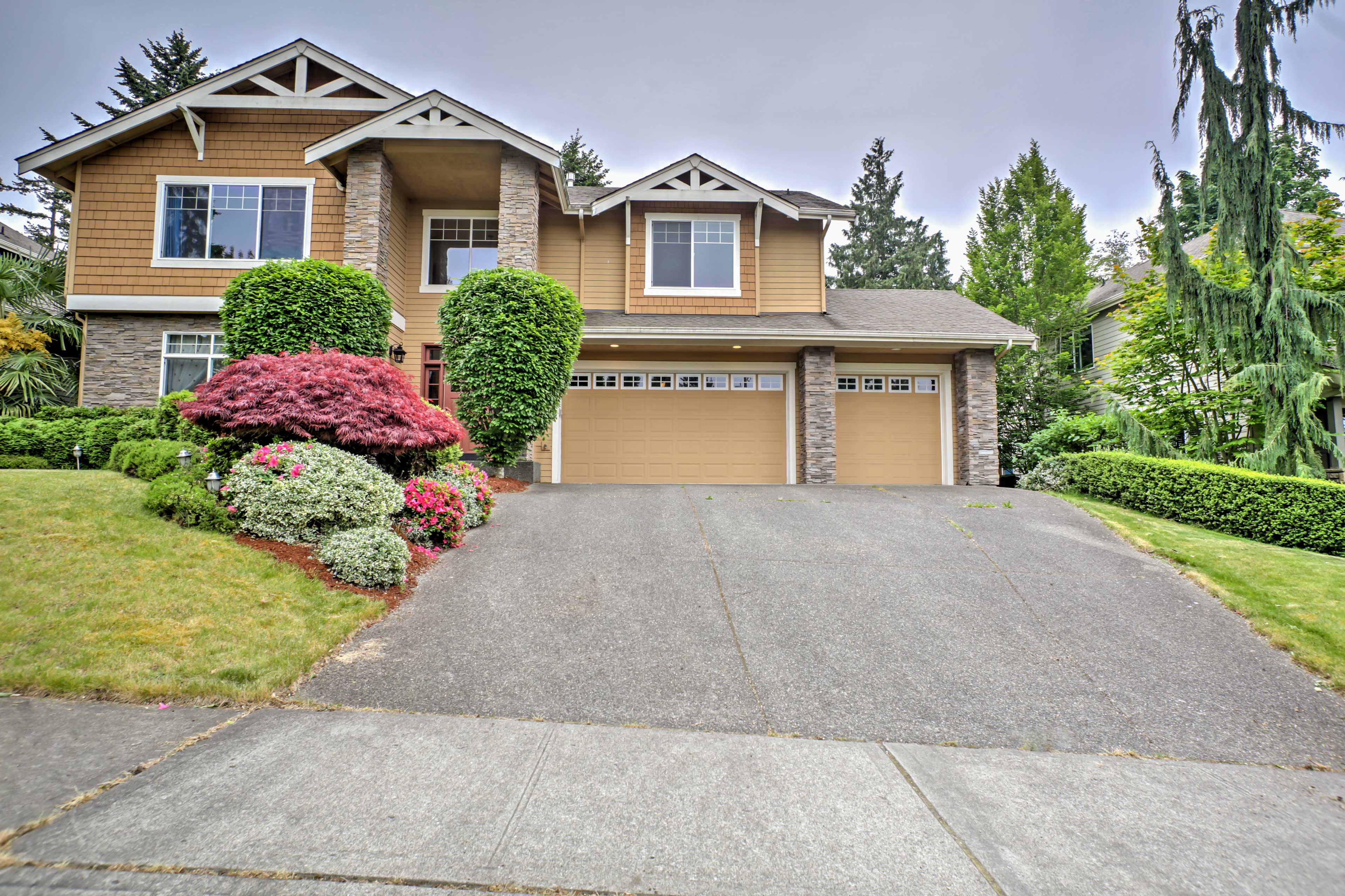 Tour the waterfront city of Kirkland from this vacation rental house.