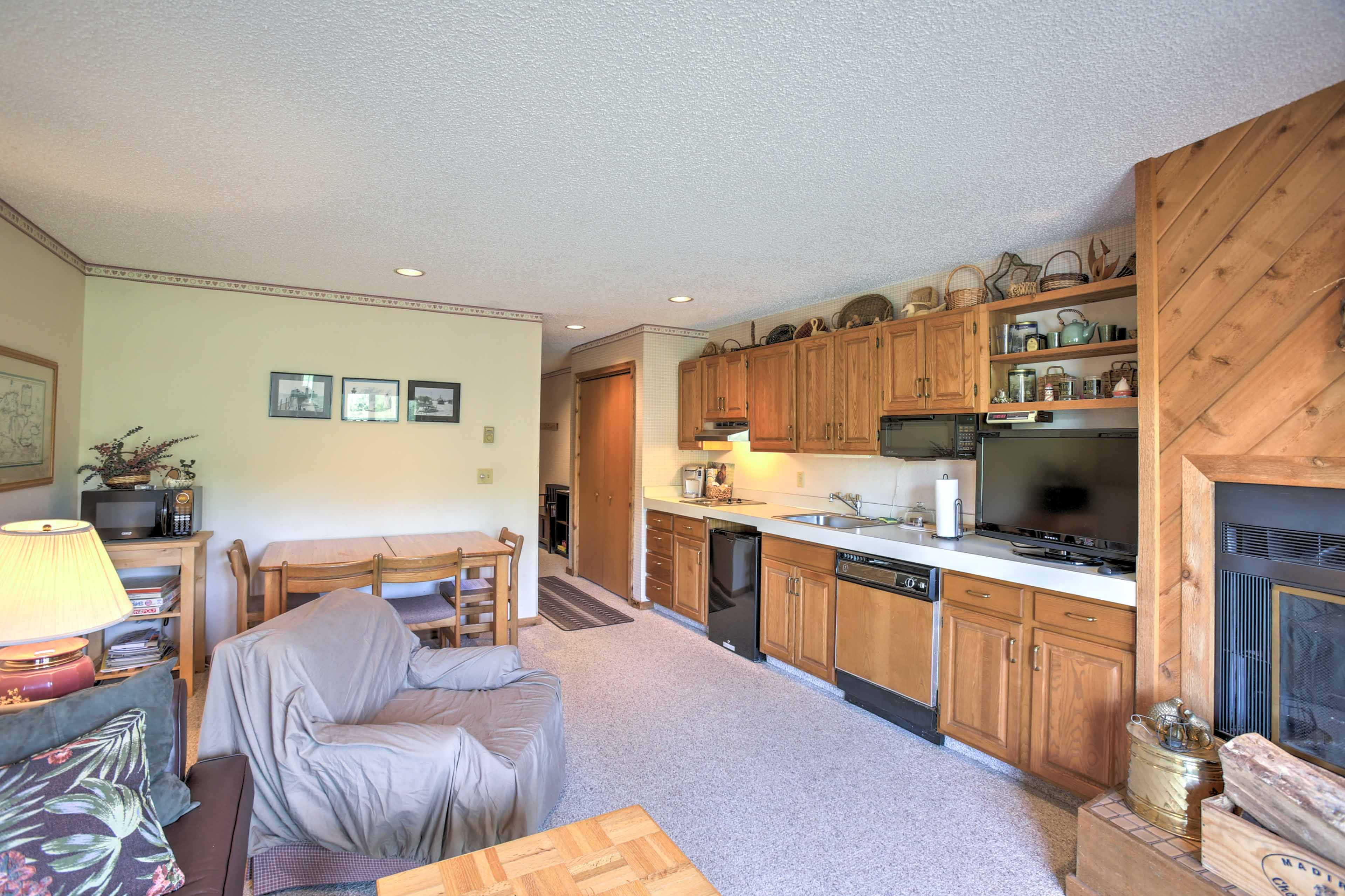 This cozy condo provides a great getaway for up to 6 guests.