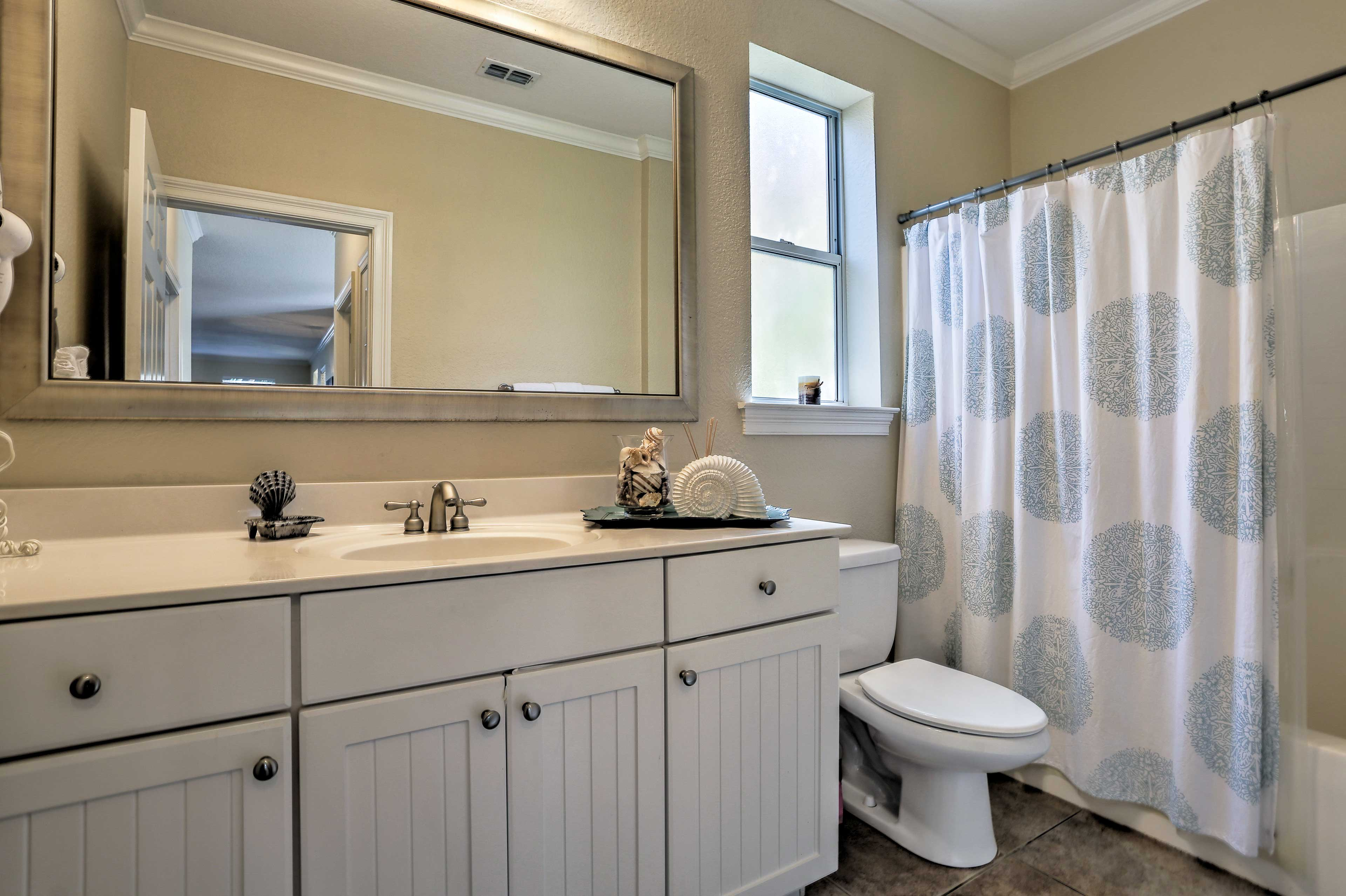 3 pristine bathrooms make it easy for everyone to freshen up.