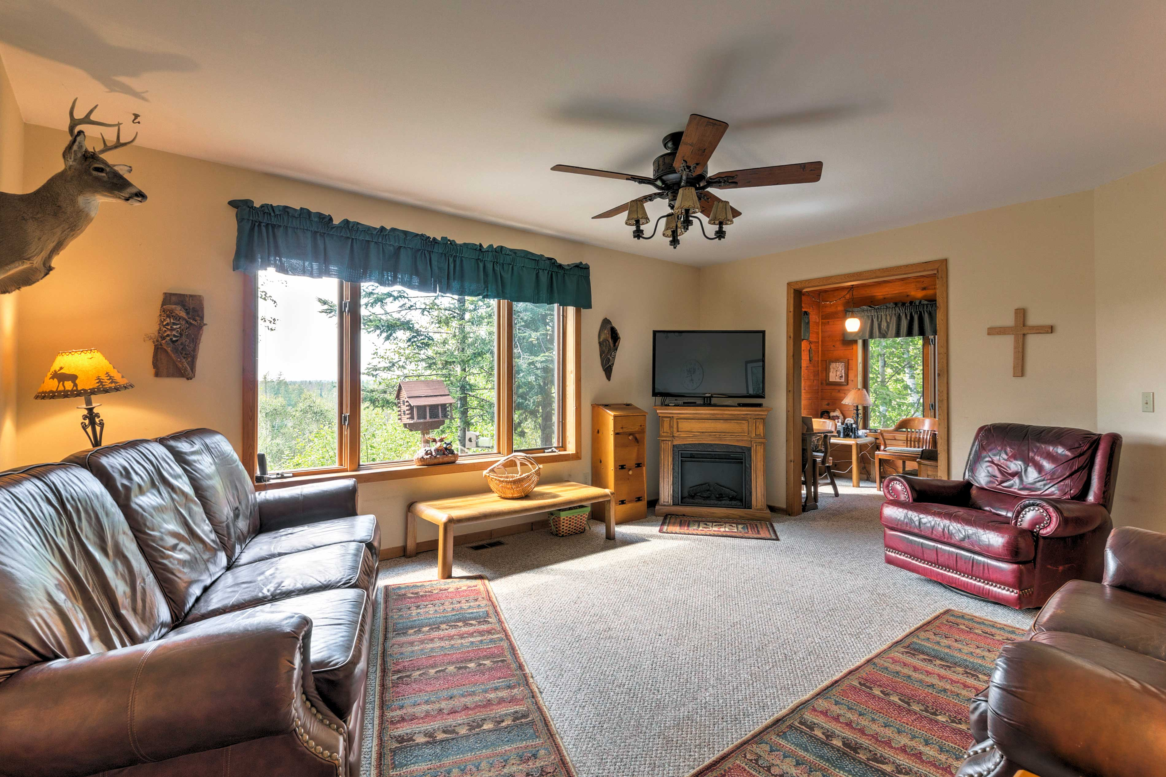 The 1,704-square-foot interior of the cabin is adorned with cozy furnishings.