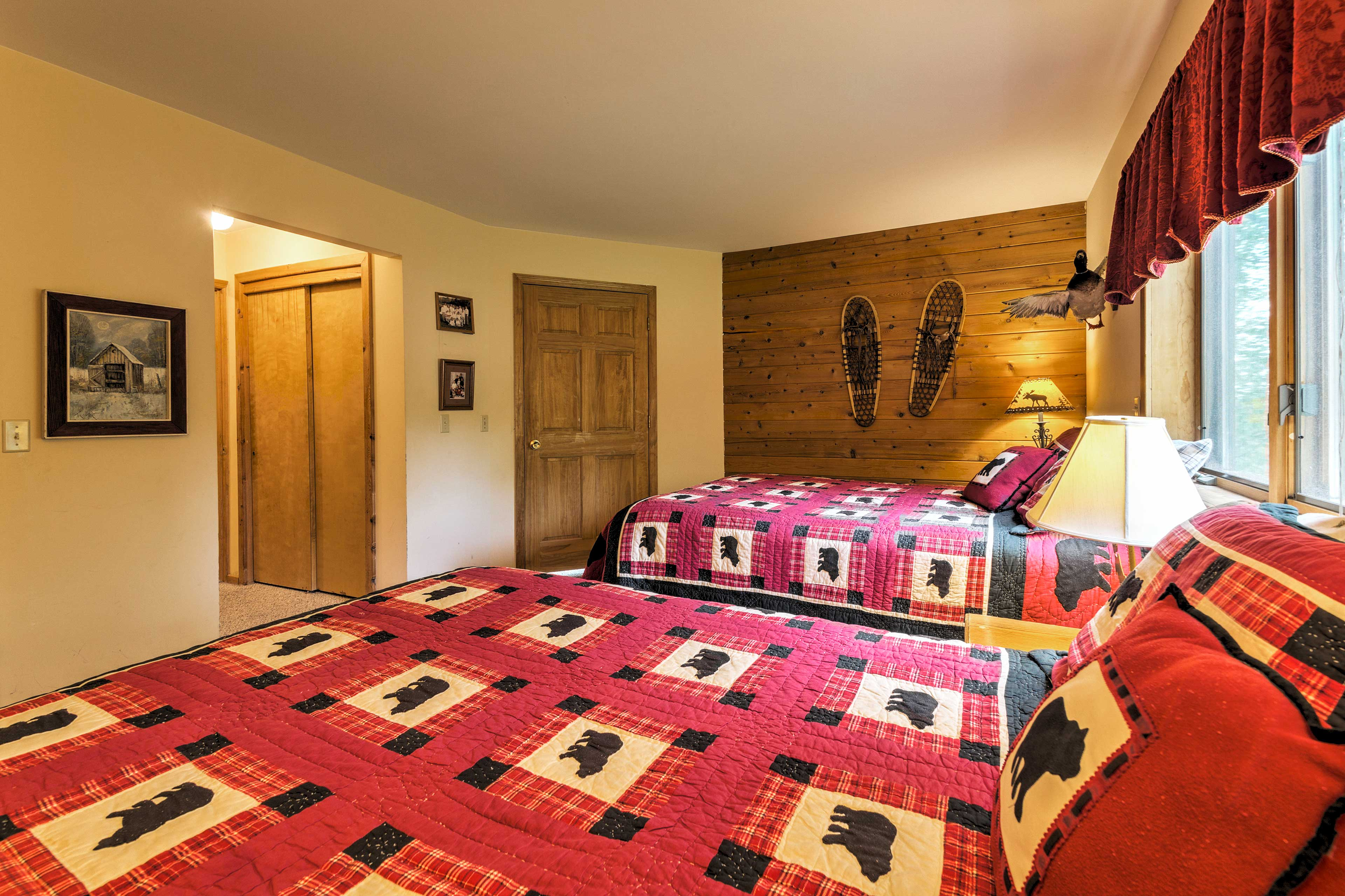 Four guests will sleep soundly in this room!