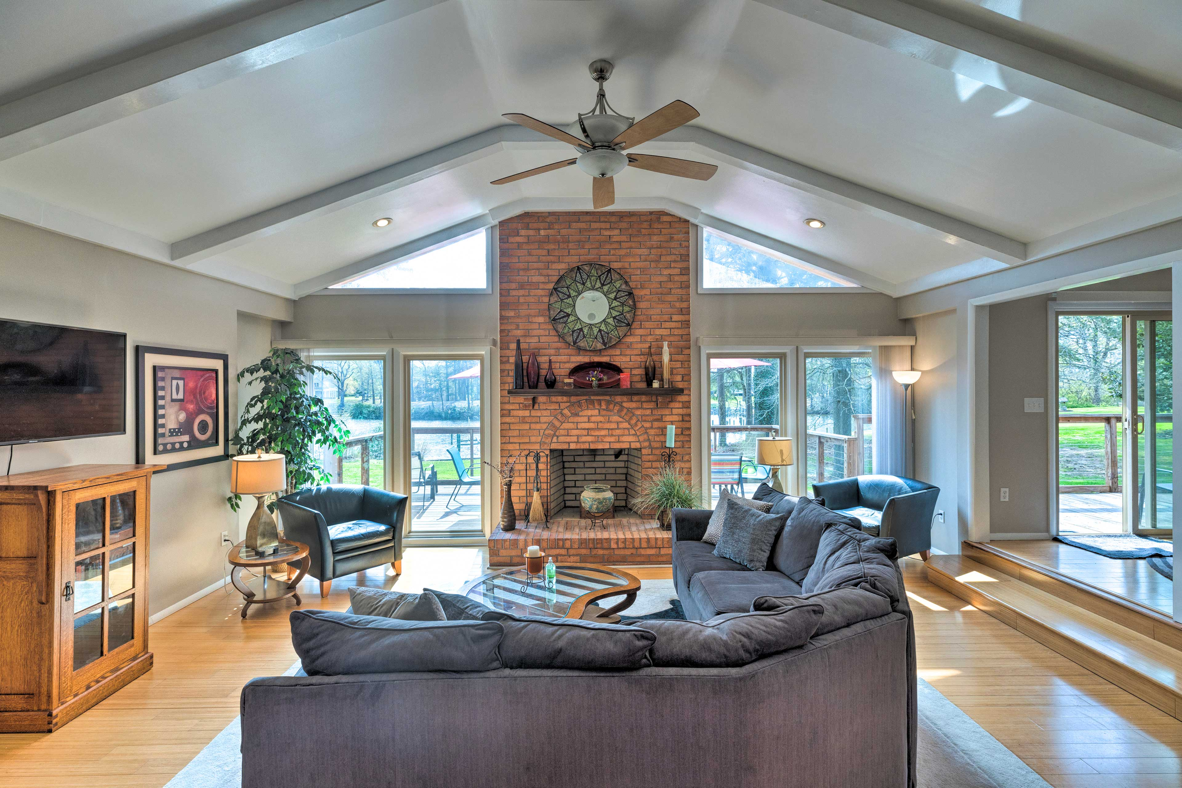Living Room   Central A/C & Heating   Free WiFi   Ceiling Fans
