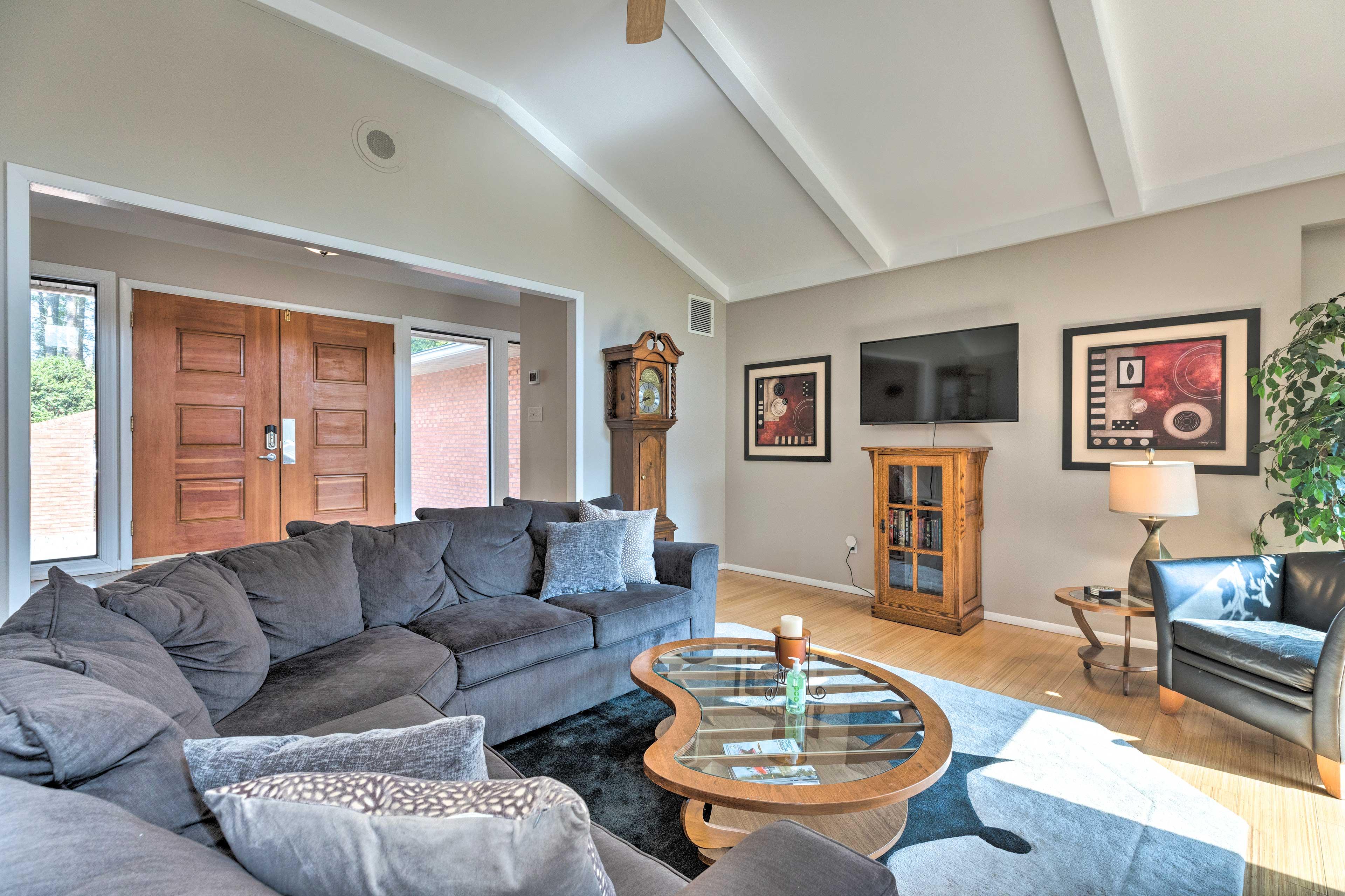 Living Room   Exposed Wood Beams   Smart TV