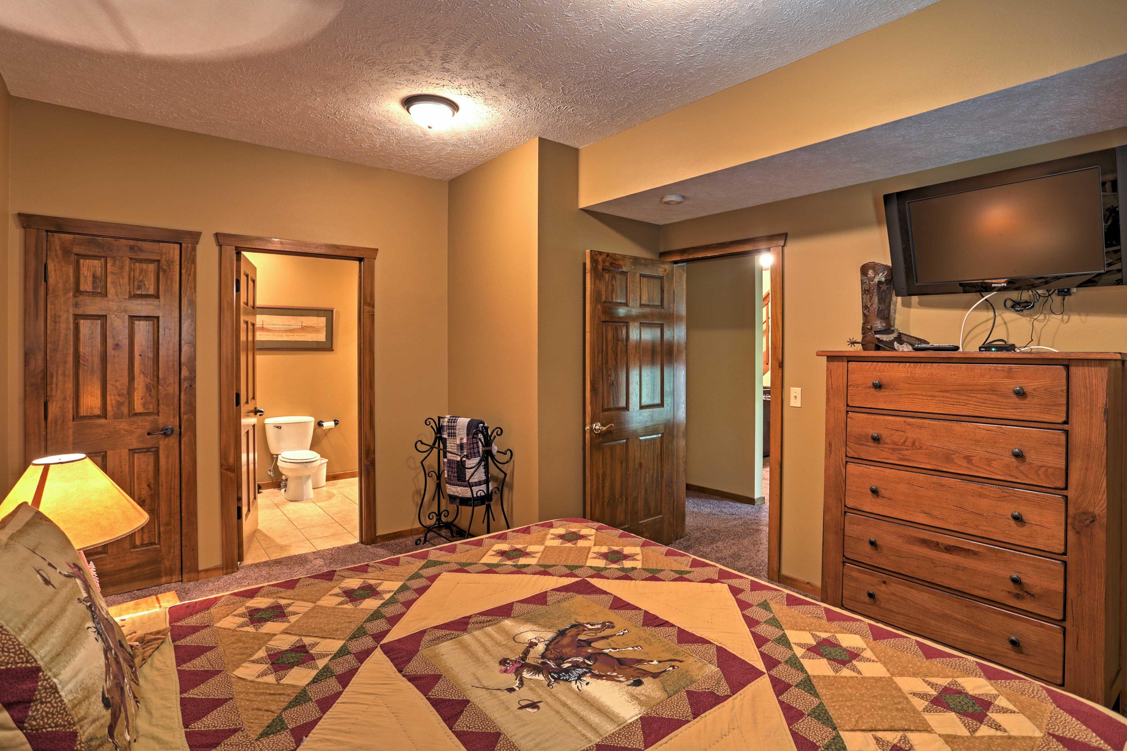 Bedroom 1 | King Bed | Plasma Cable TV | Linens Provided | En-Suite Bathroom