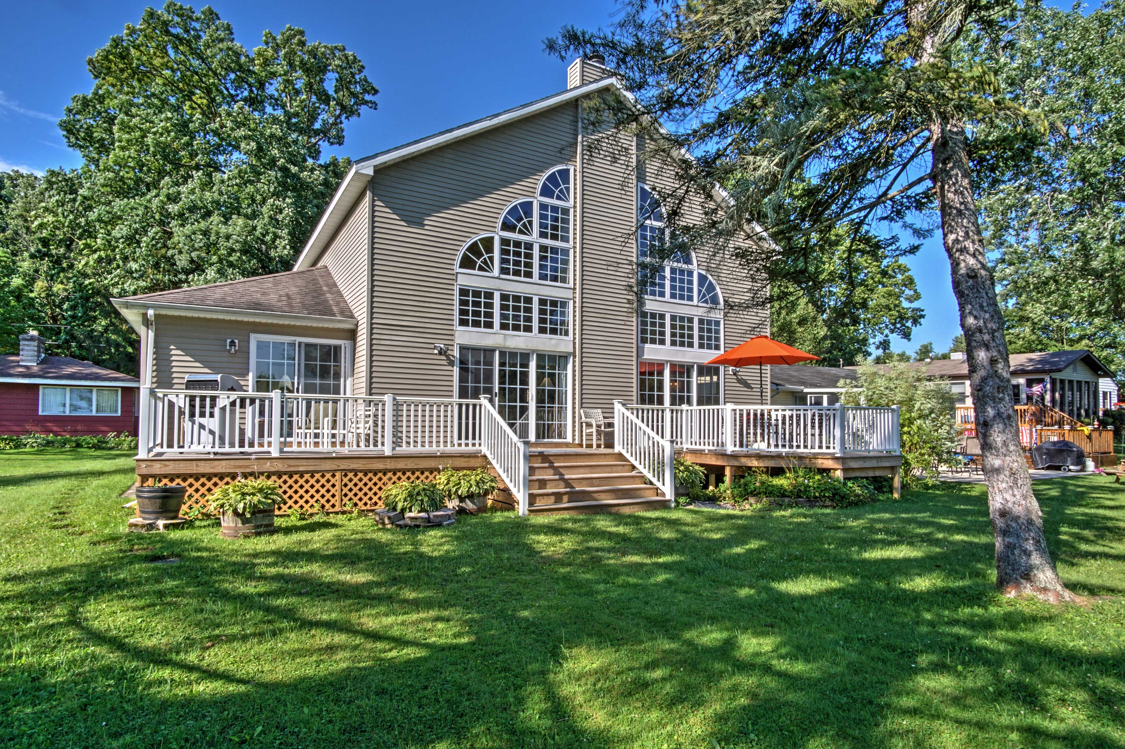 A lakeside retreat awaits you at this 3-bed vacation rental house in Vandalia.
