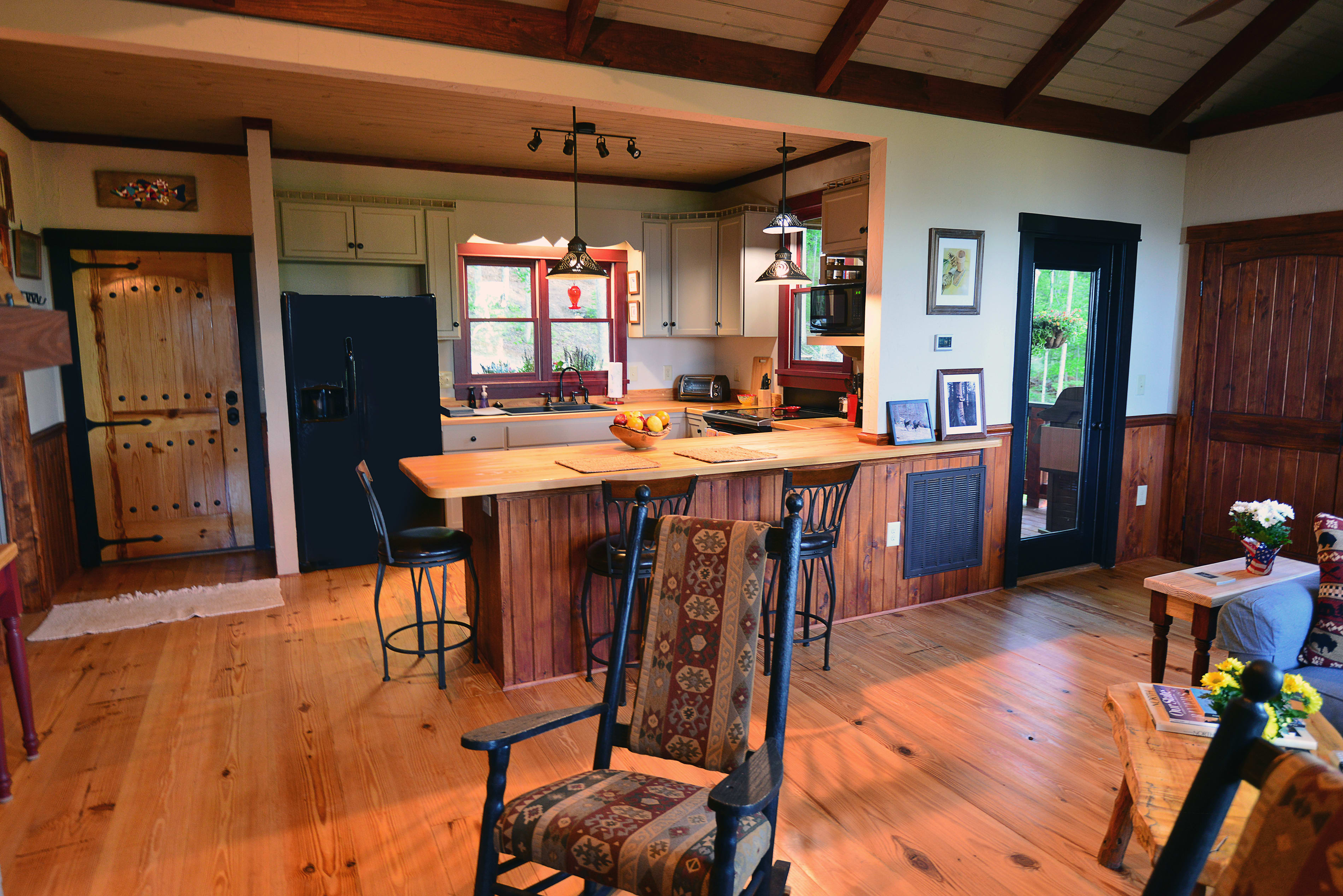 The fully equipped kitchen has everything you need to prepare romantic dinners.