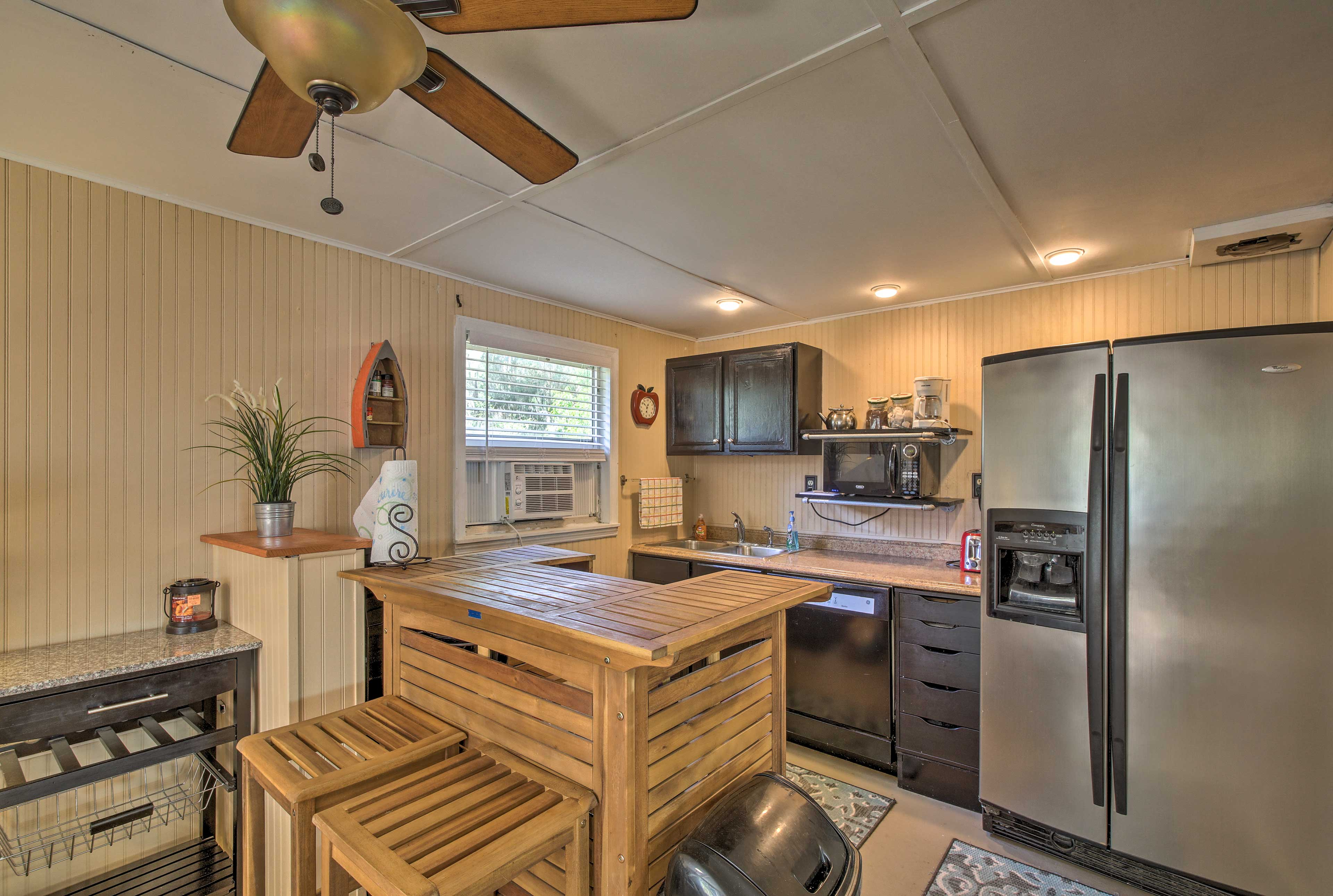The well-equipped kitchenette has all you need to make snacks during your stay.