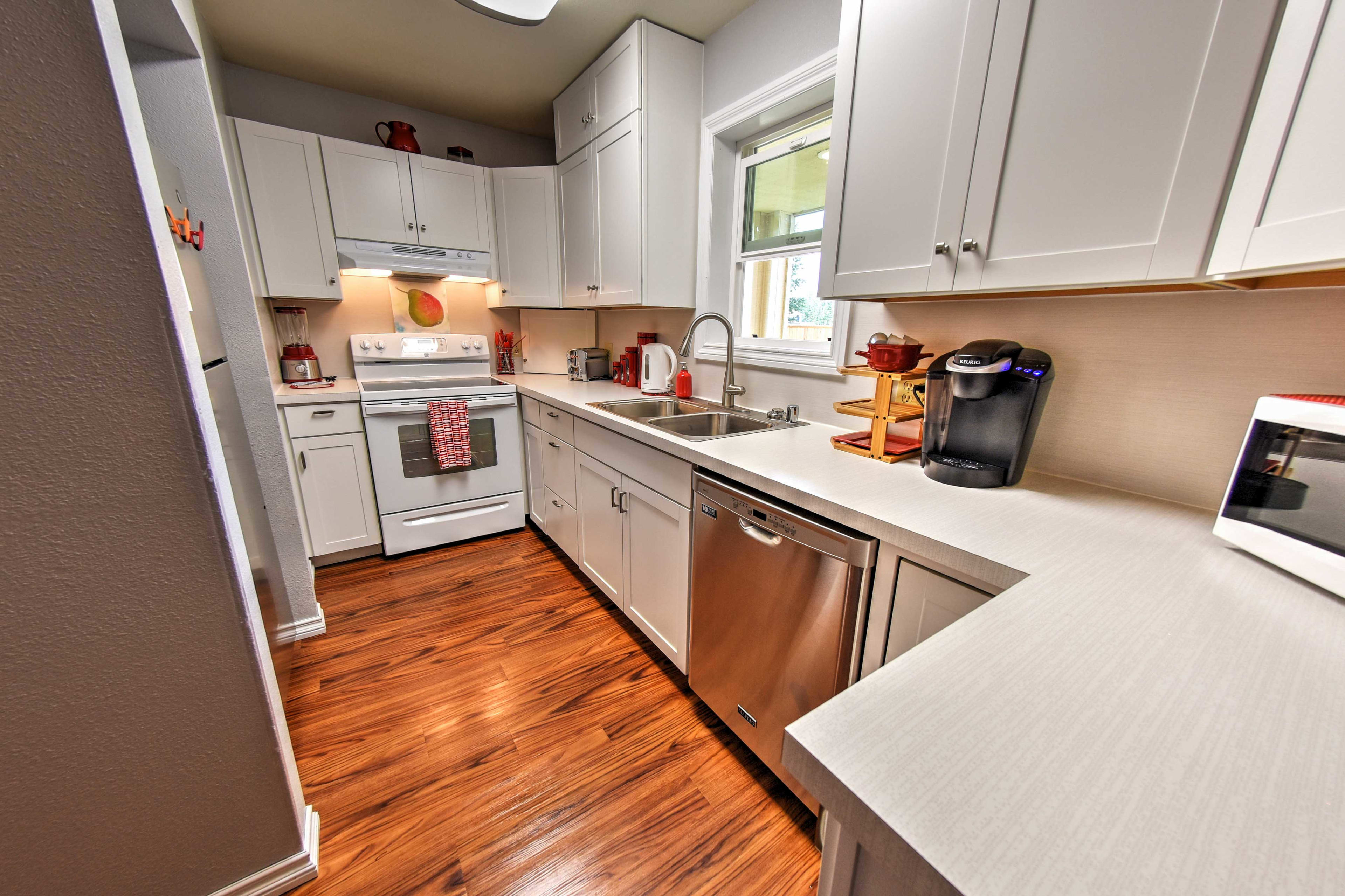 A fully equipped kitchen allows you to prepare all your favorite recipes.