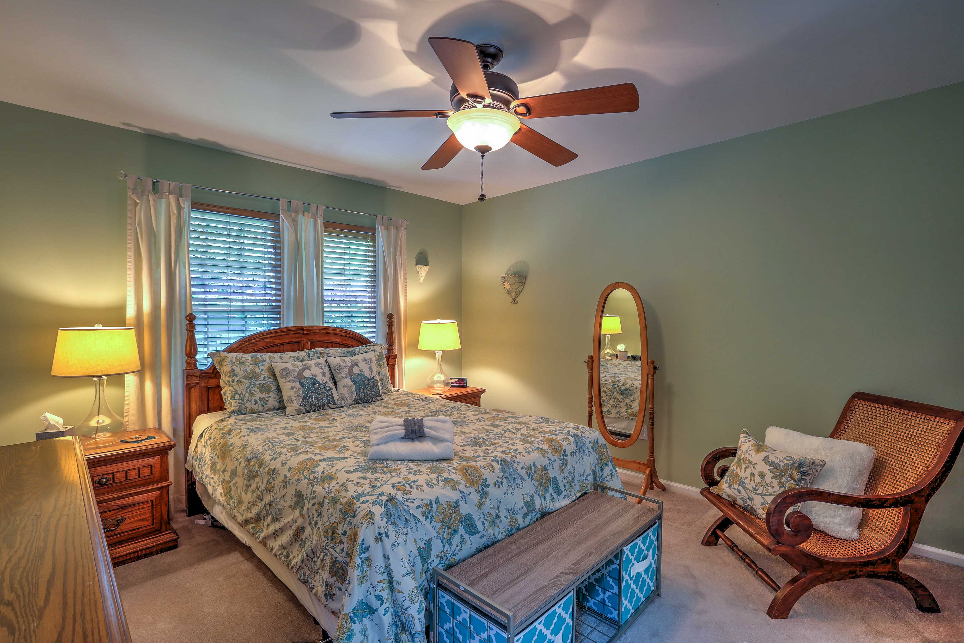 The master bedroom provides access to an en-suite bathroom.