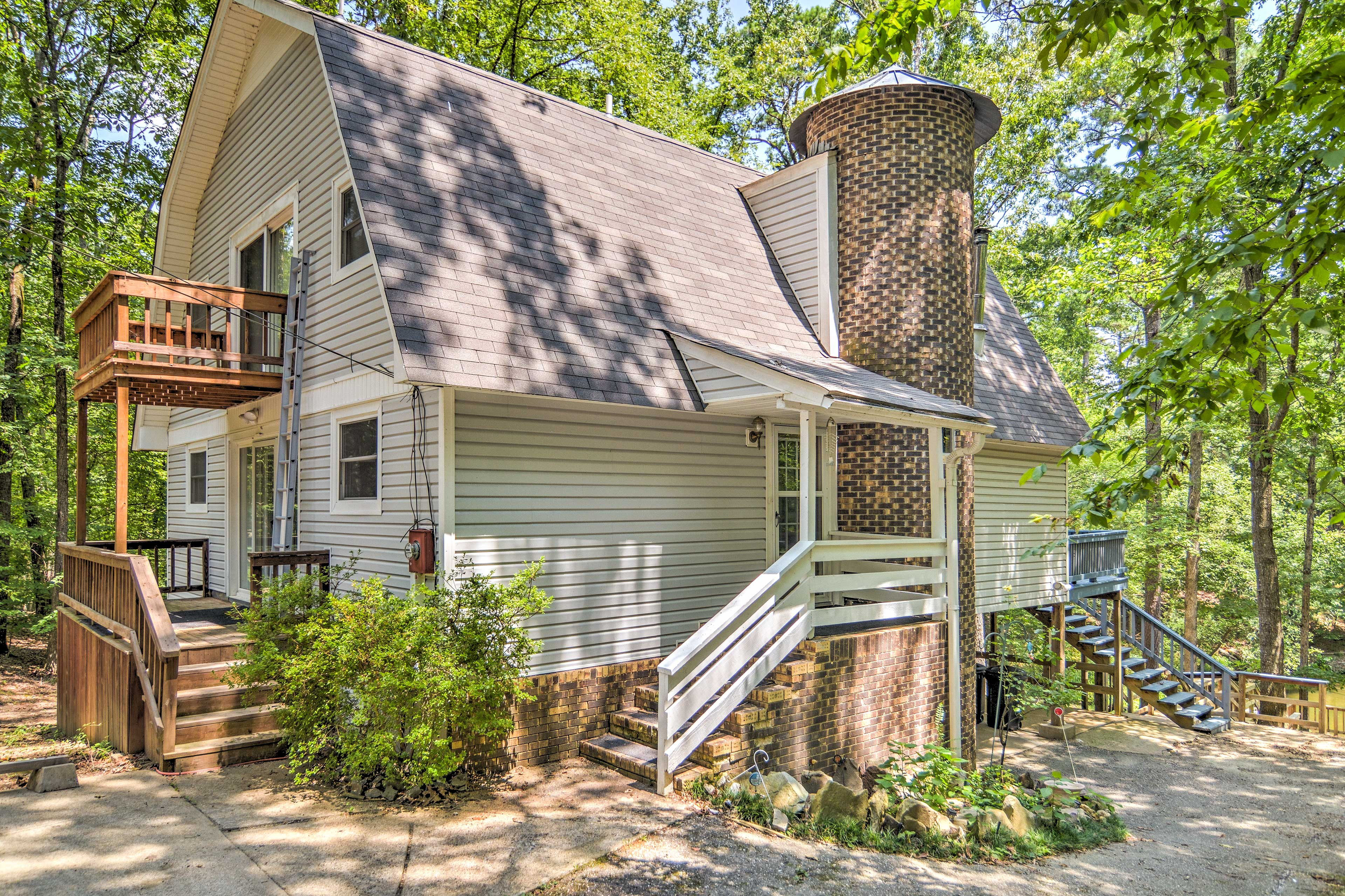 Experience peace and quiet at this vacation rental house in Hot Springs!