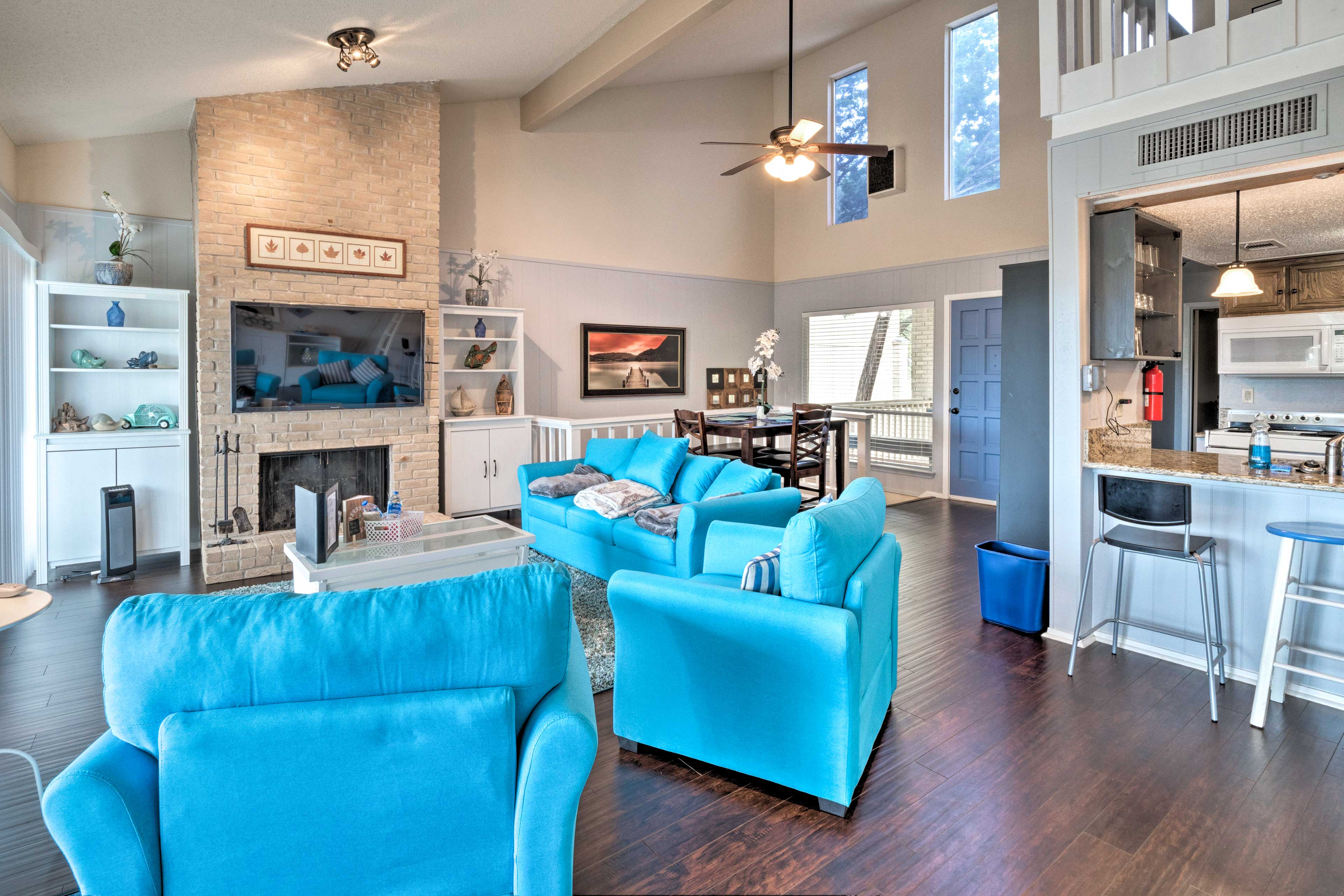 This home for 7 offers 2 bedrooms and 2 bathrooms.