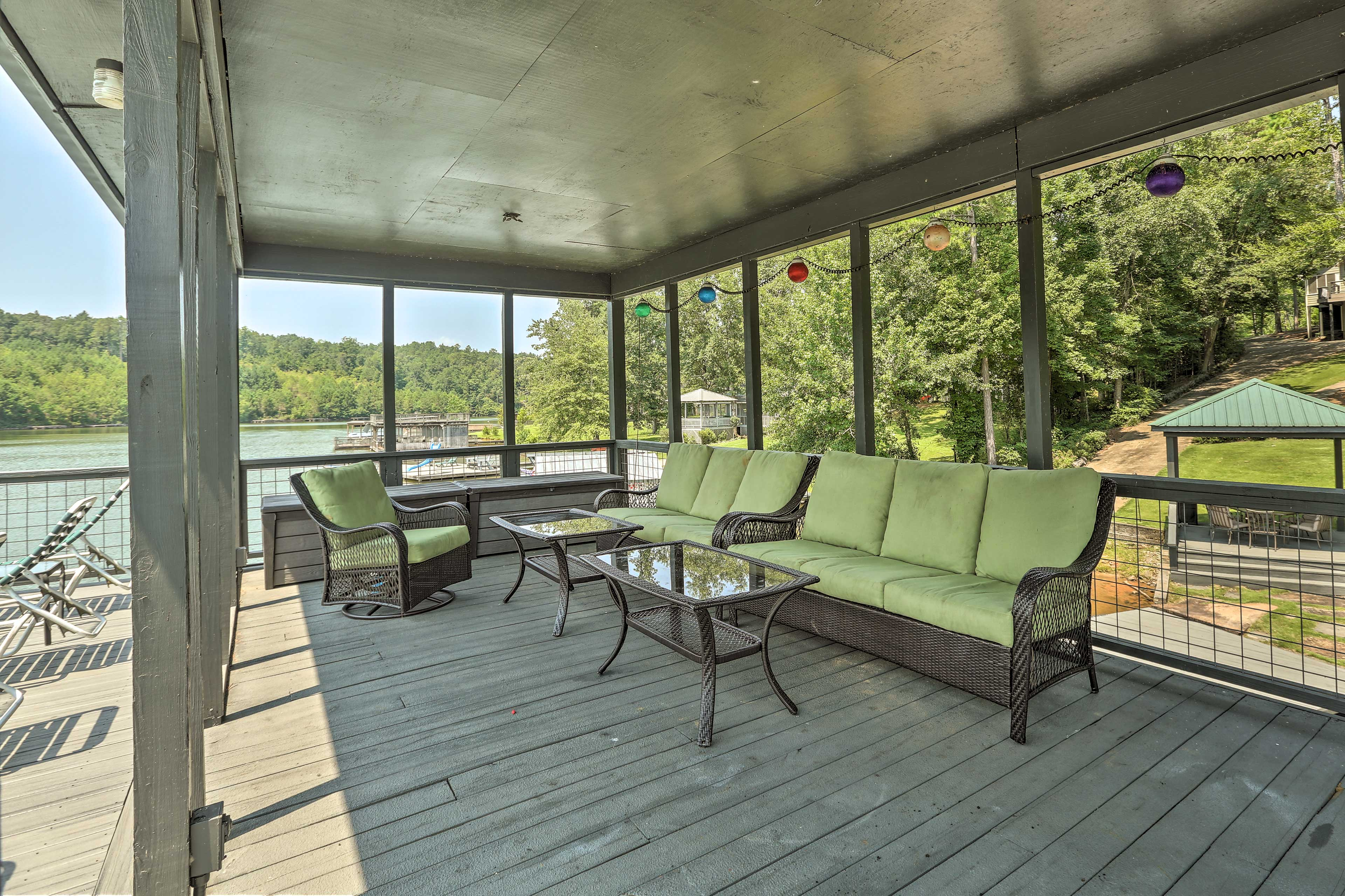 Dock Upper Level | Ample Seating