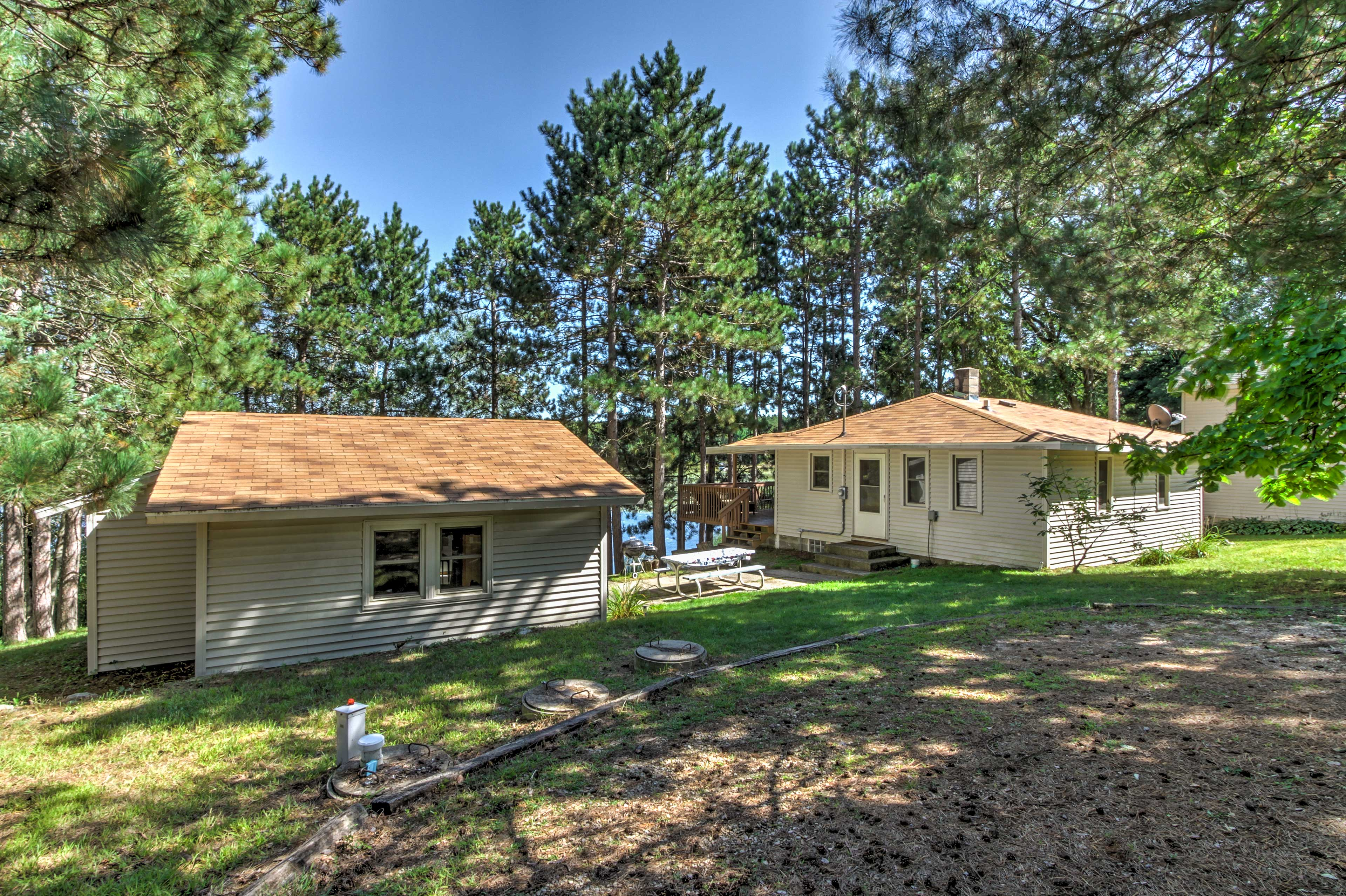 The property is shared with Evolve listing number 369083, which accommodates 2.