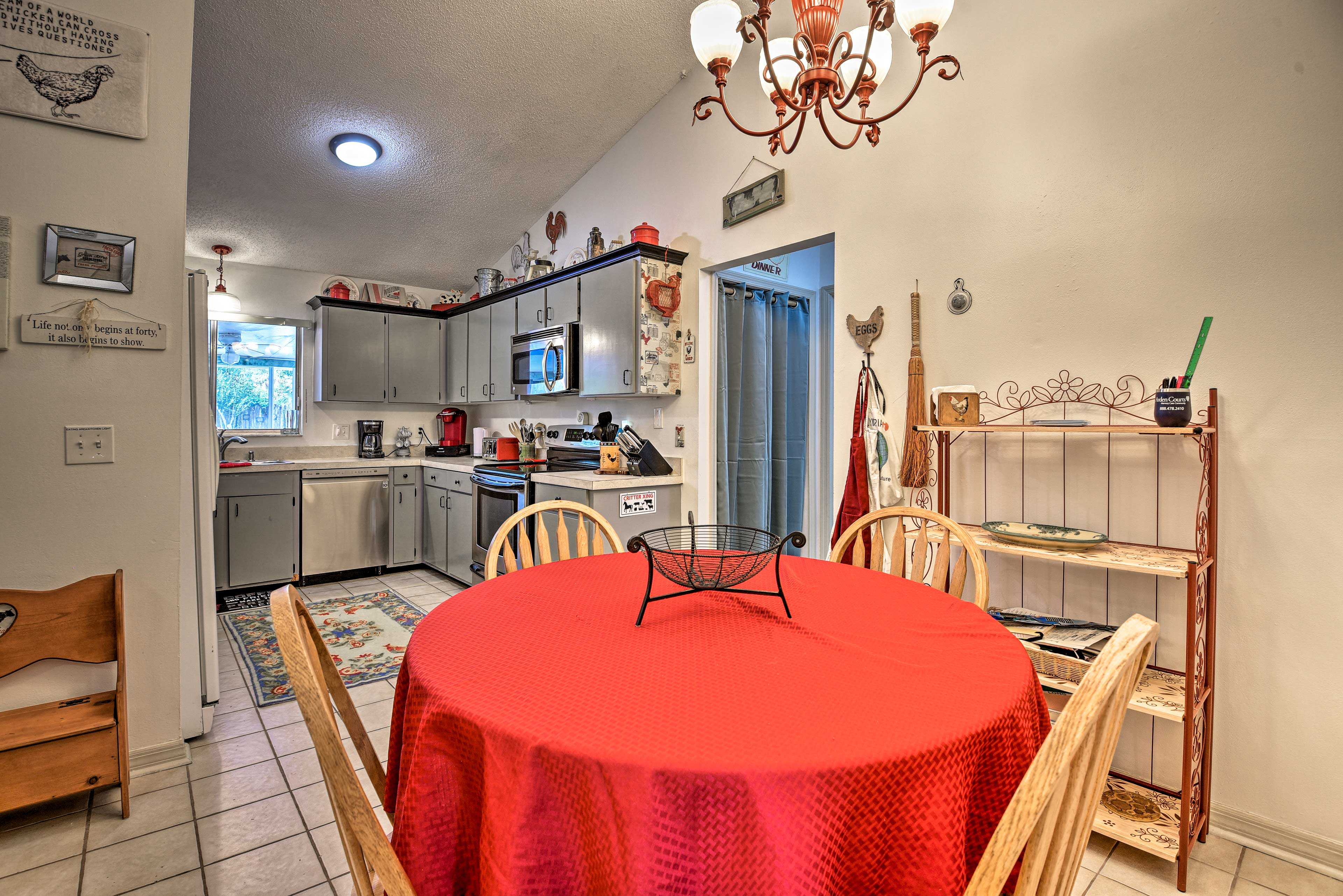 Eat-in Kitchen Table   Seating for 4