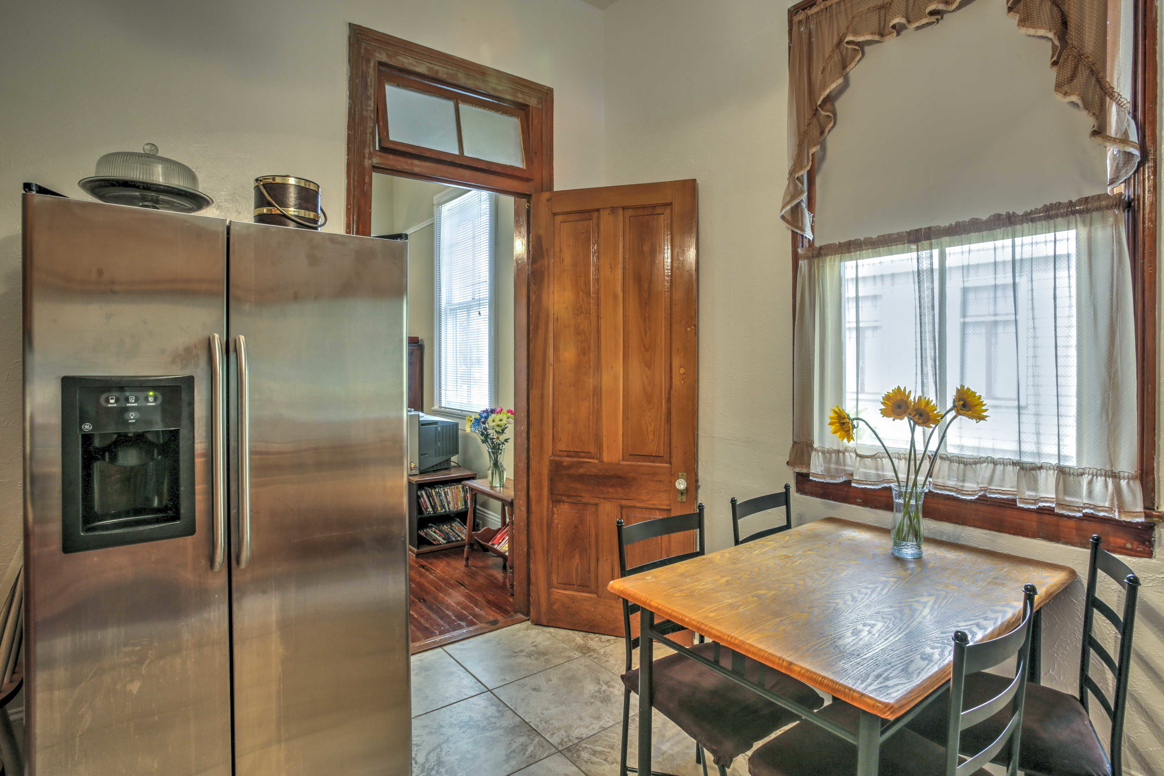 Four guests can eat together at the dining table in the kitchen.