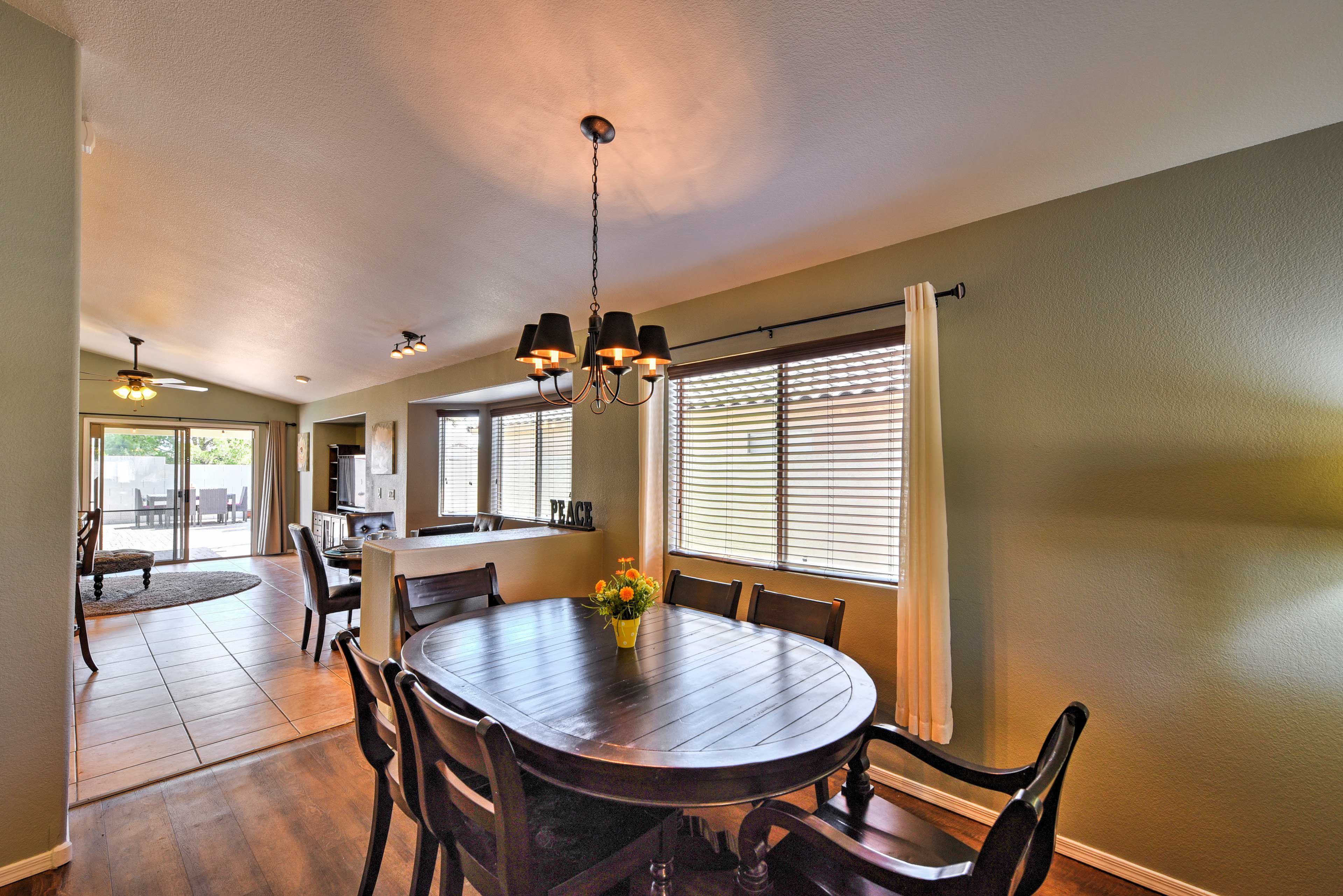 Settle down for a nice afternoon dinner at this 6-person dining table.