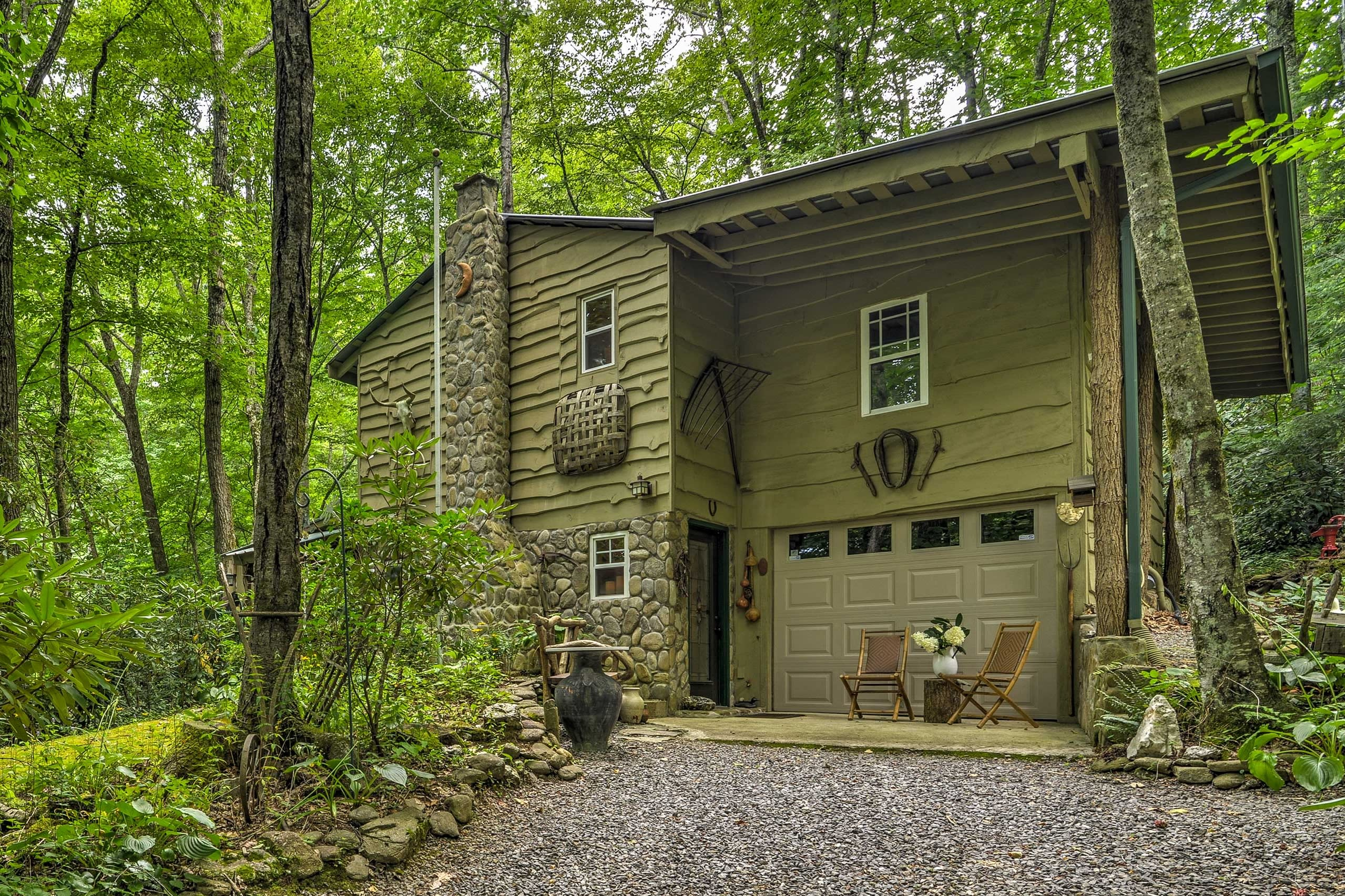 This charming cabin for 2 boasts 1 bedroom and 1 bathroom.