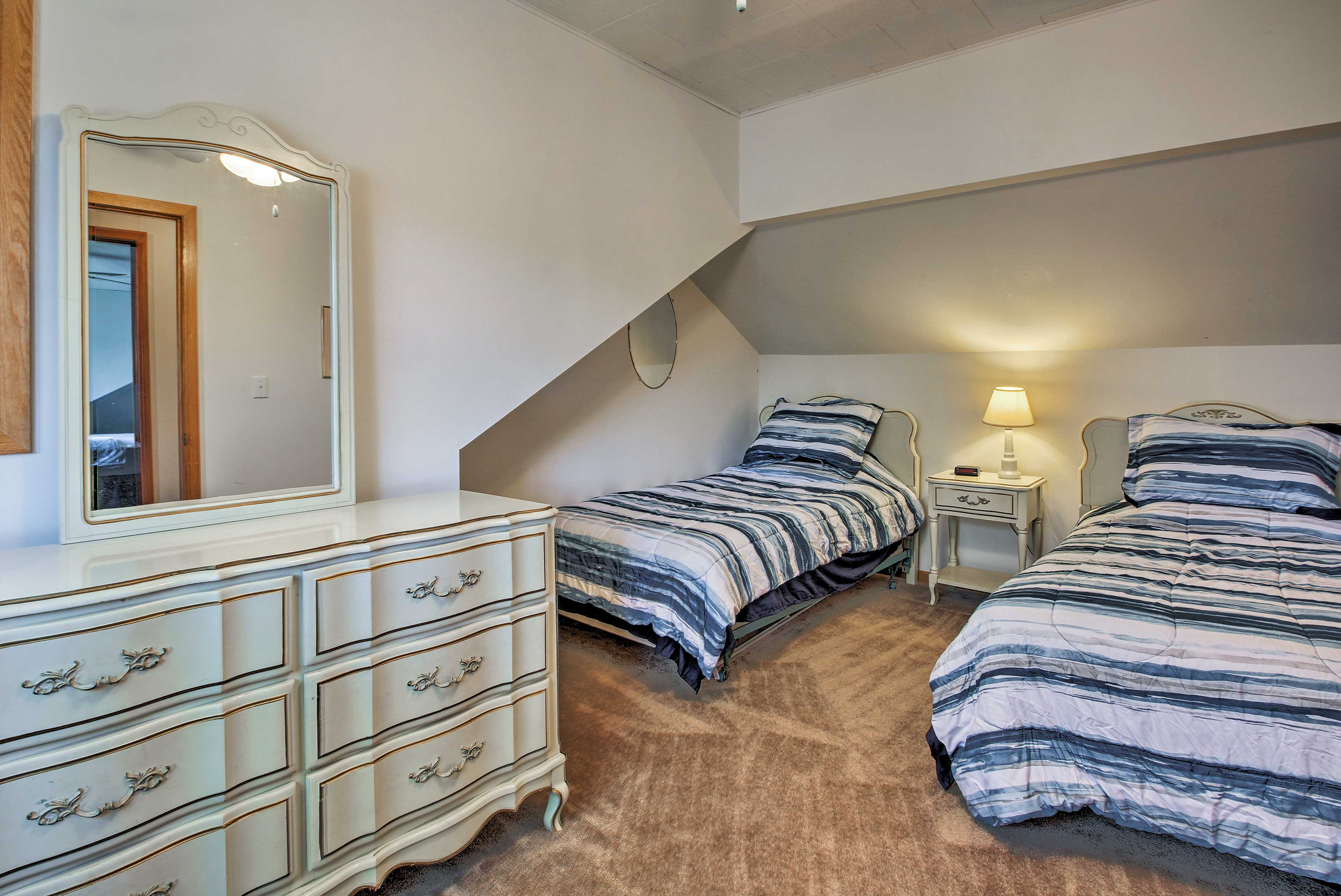 Two can sleep comfortably in 2 cozy twin beds.