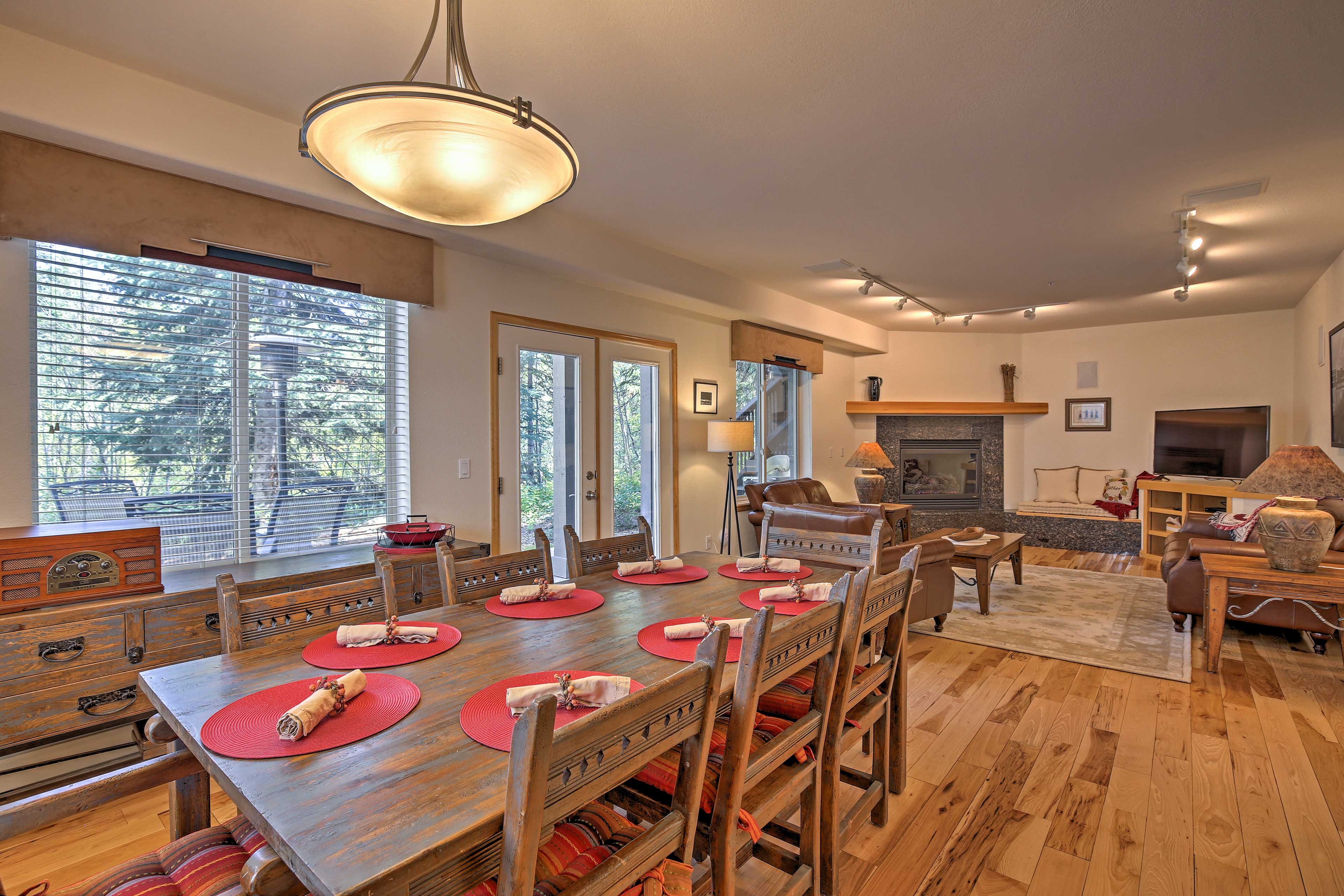 An open floor plan makes it easy for everyone in the group to spend time together.