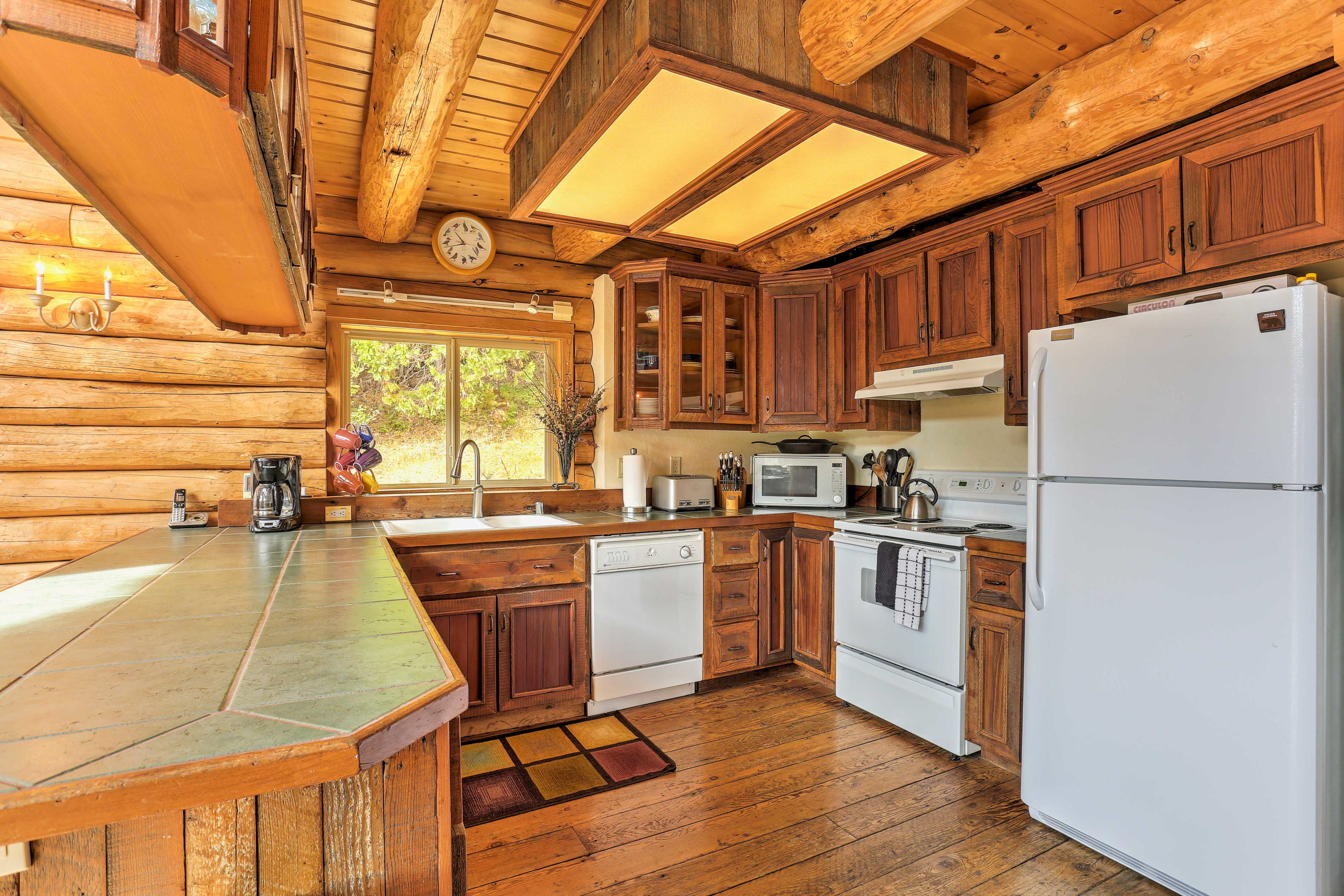 The fully equipped kitchen has everything you need to cook.