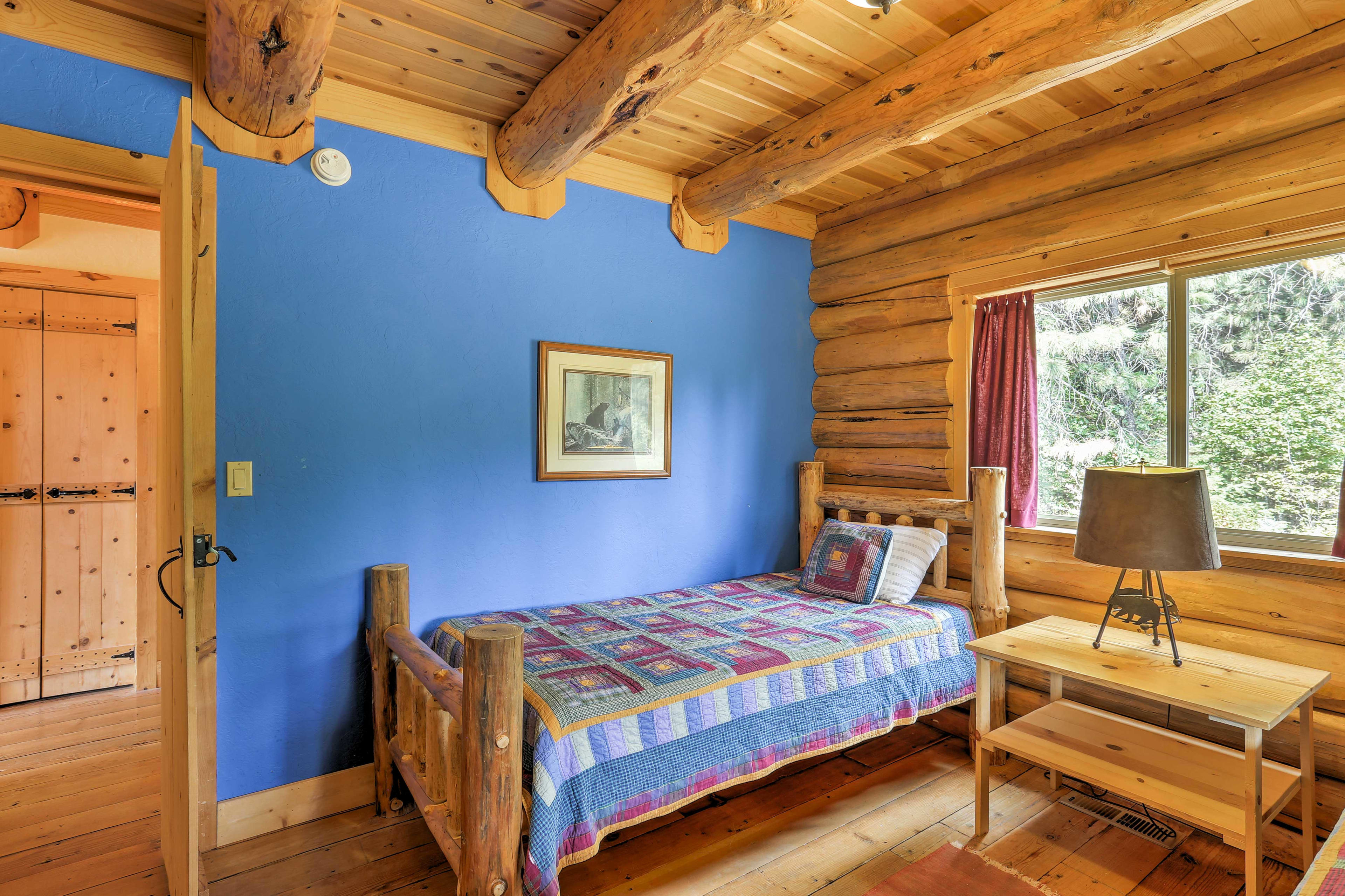 The Bear Room features 2 twin-sized beds.