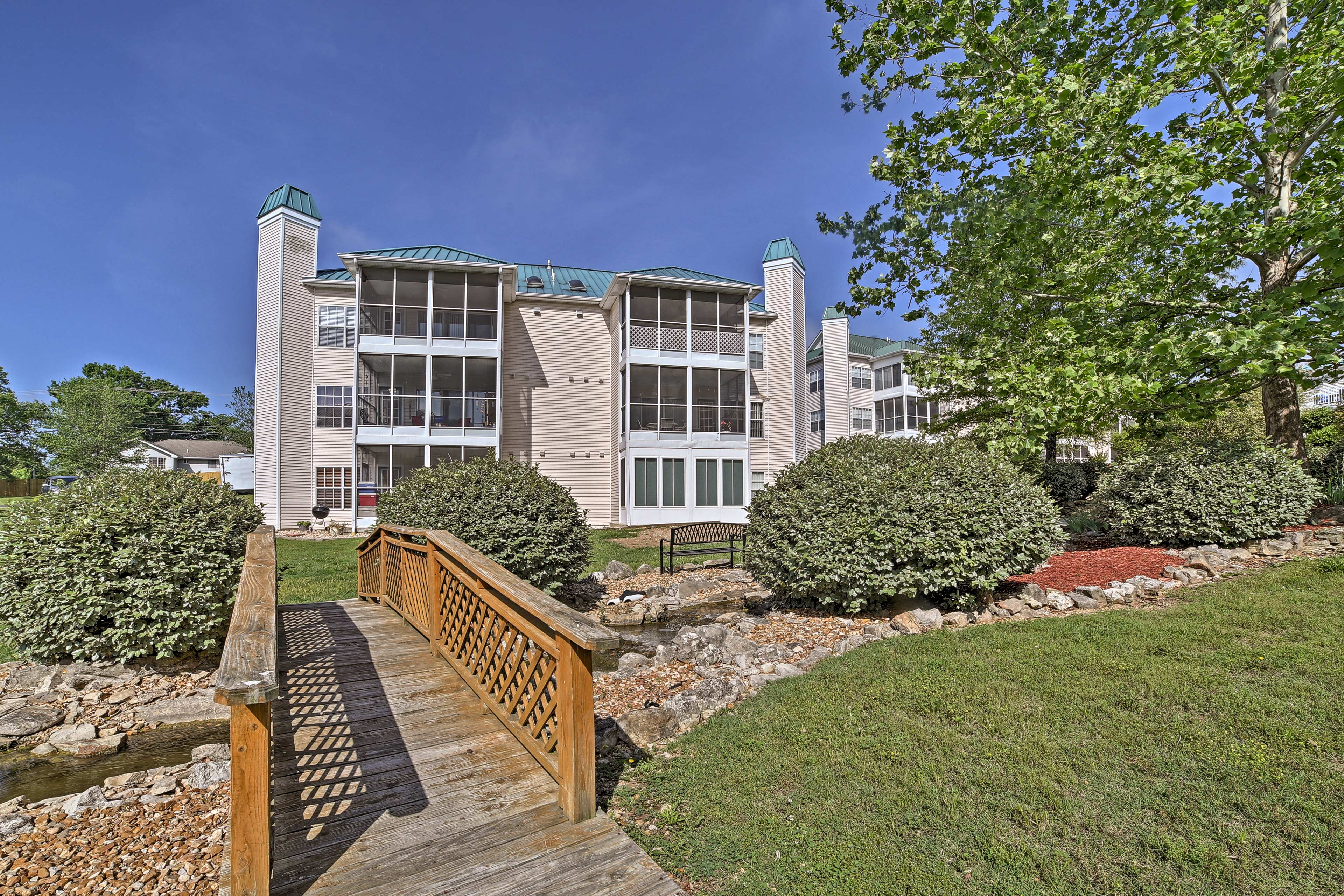 Minutes from Table Rock Lake, this condo is 5-star.