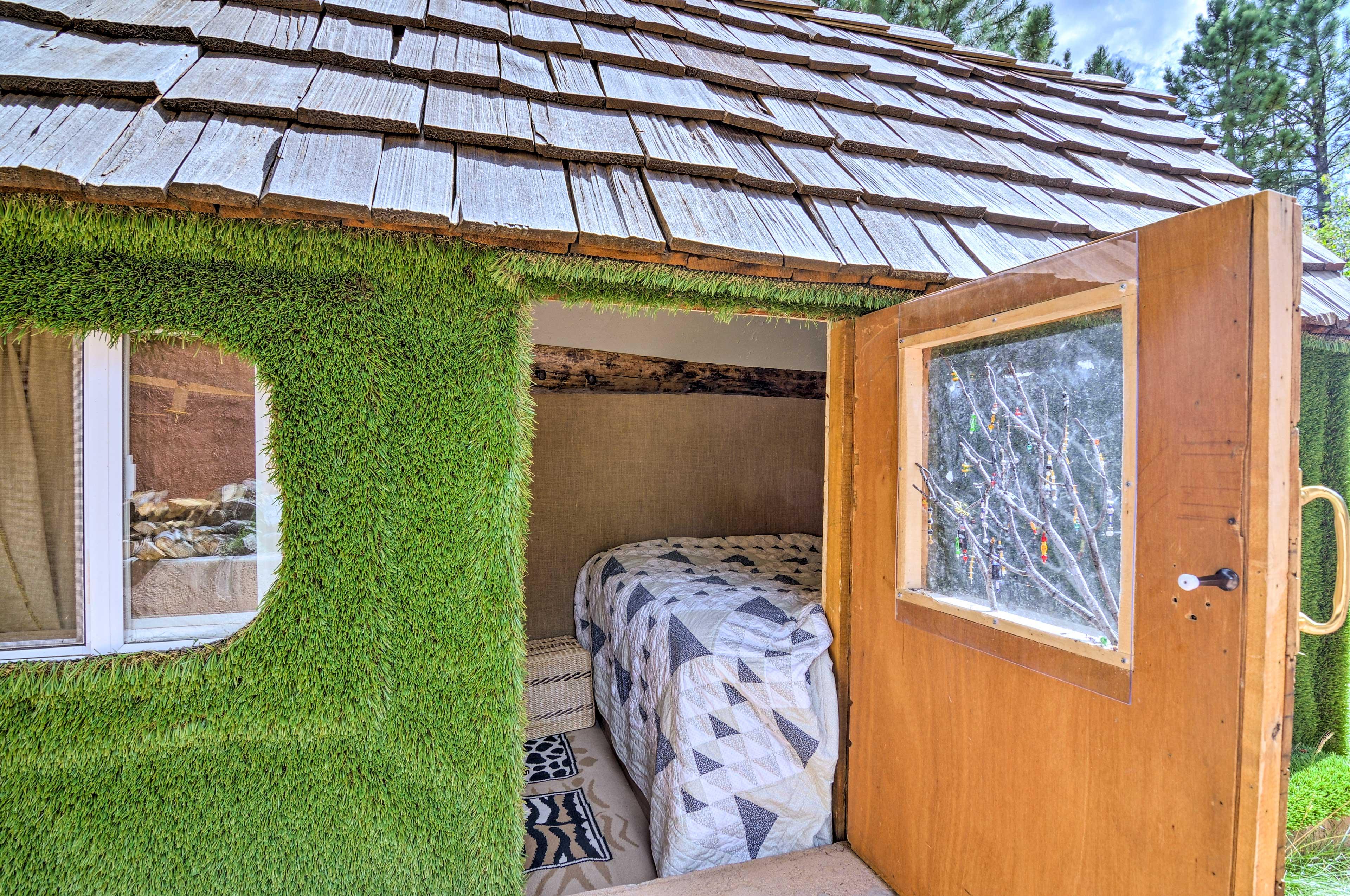 Hobbit Hut   Full Bed