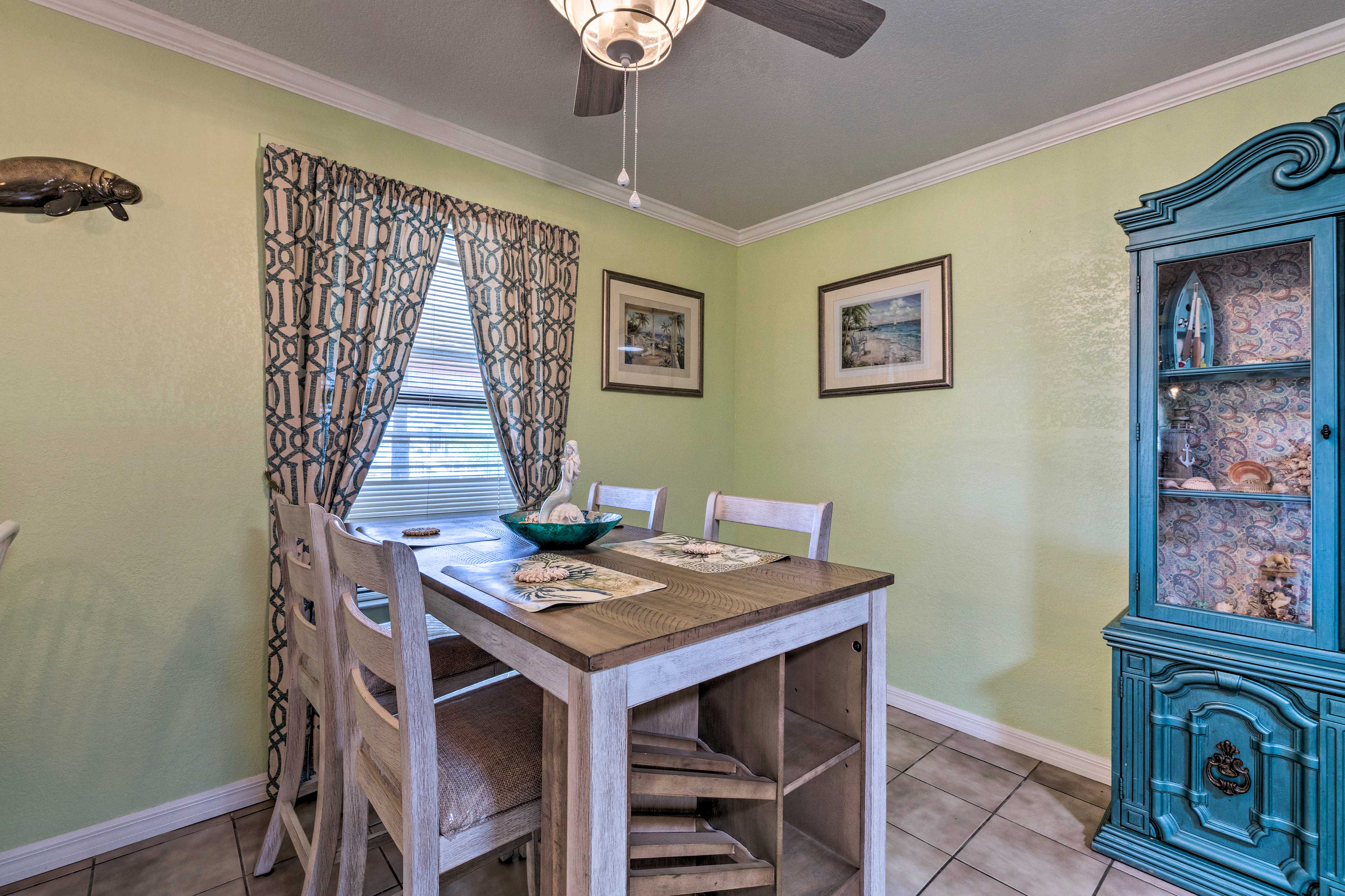 The counter and adjacent dining table seat up to 4 each.