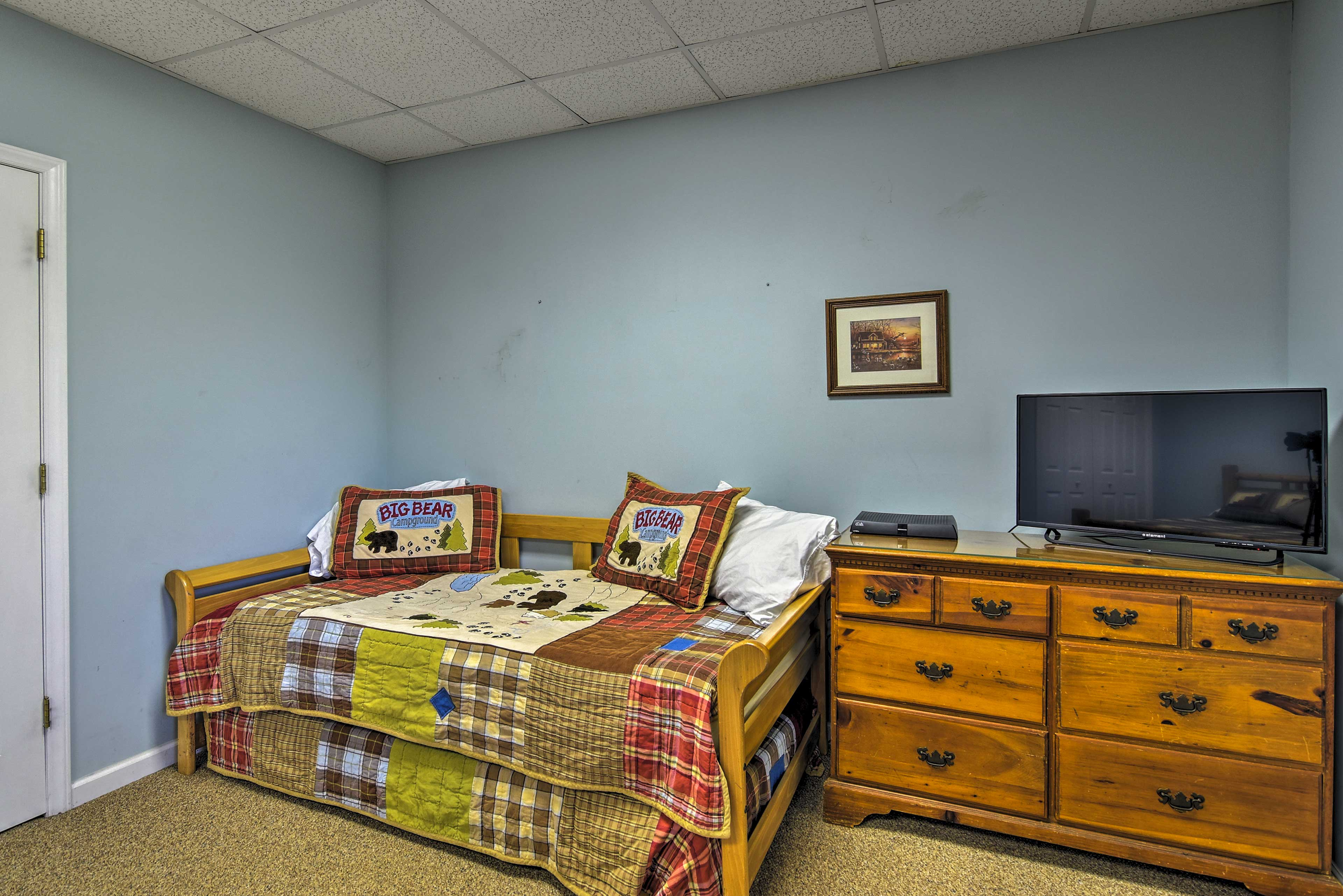 The room also features a twin daybed and flat-screen TV.