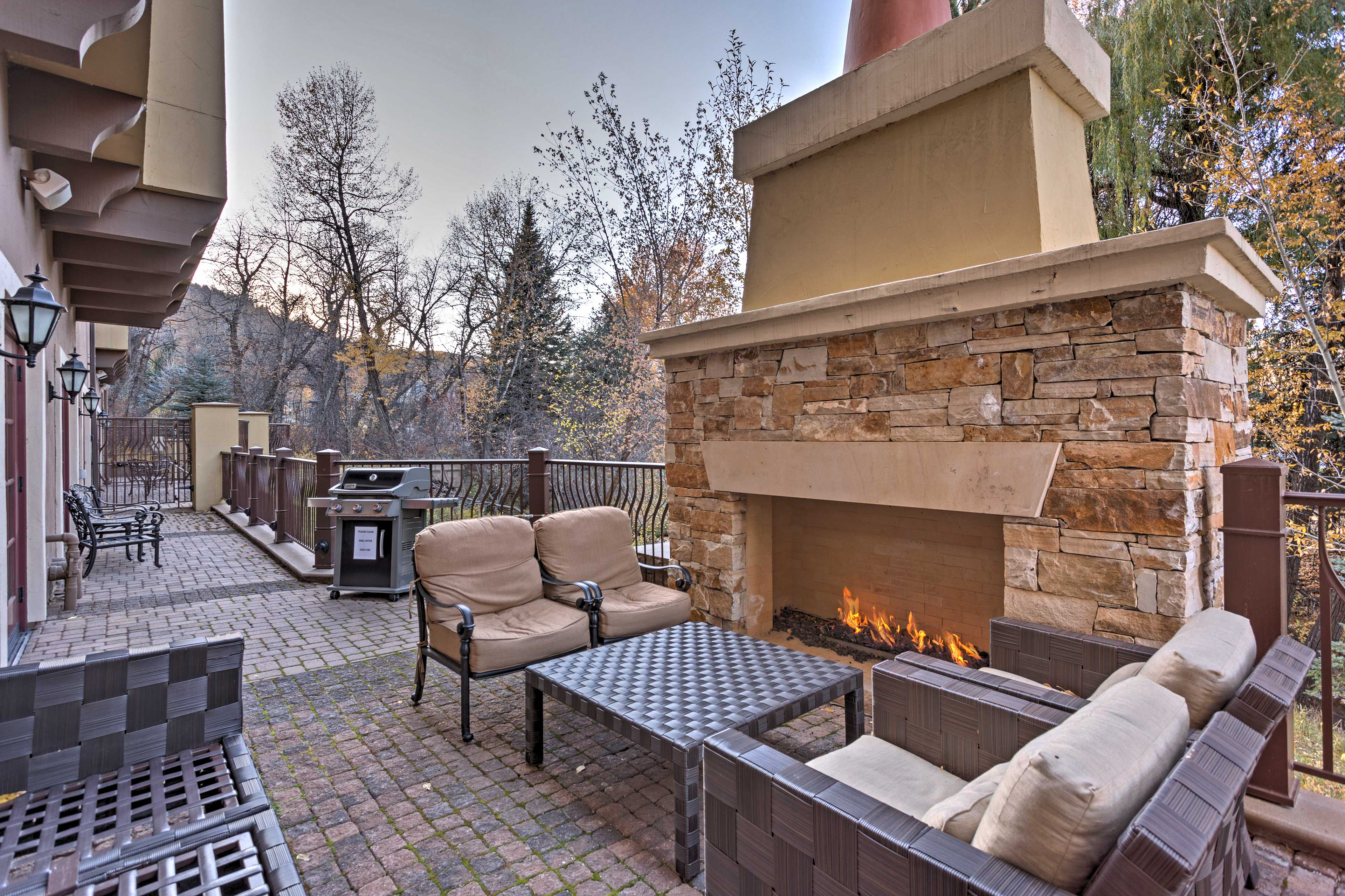 On-site amenities include a hot tub, pools, sauna, free shuttle, & ski locker!