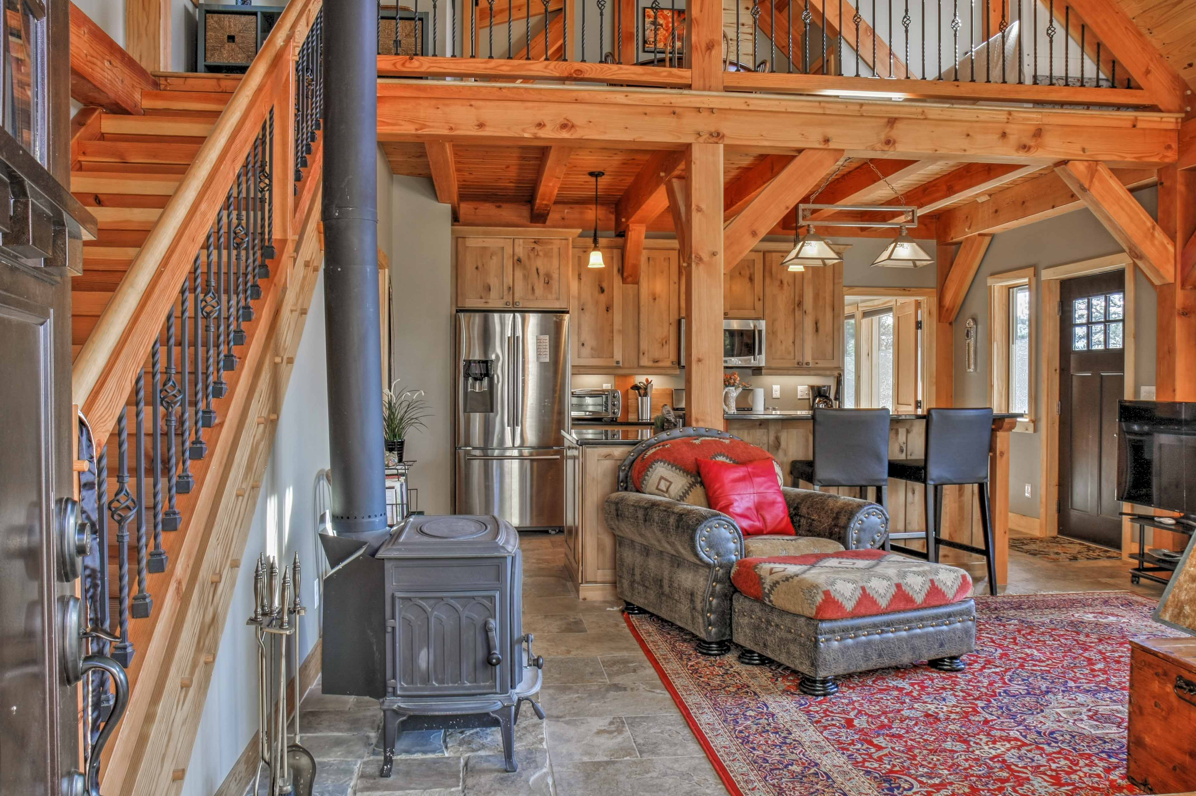 High vaulted ceilings and floor-to-ceiling windows open the 1,600-sq-ft space.