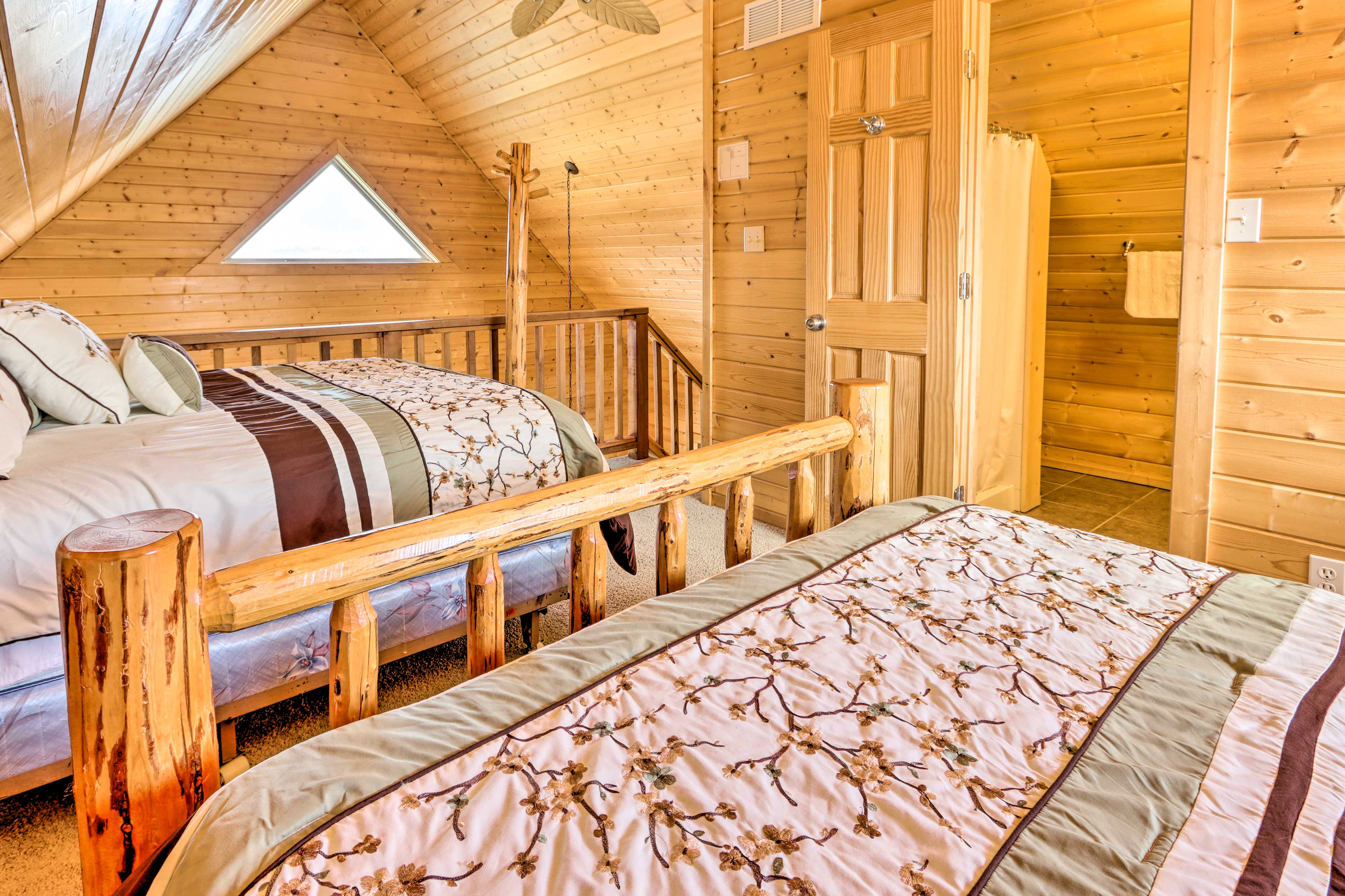 Up to 4 guests can share these 2 beds.
