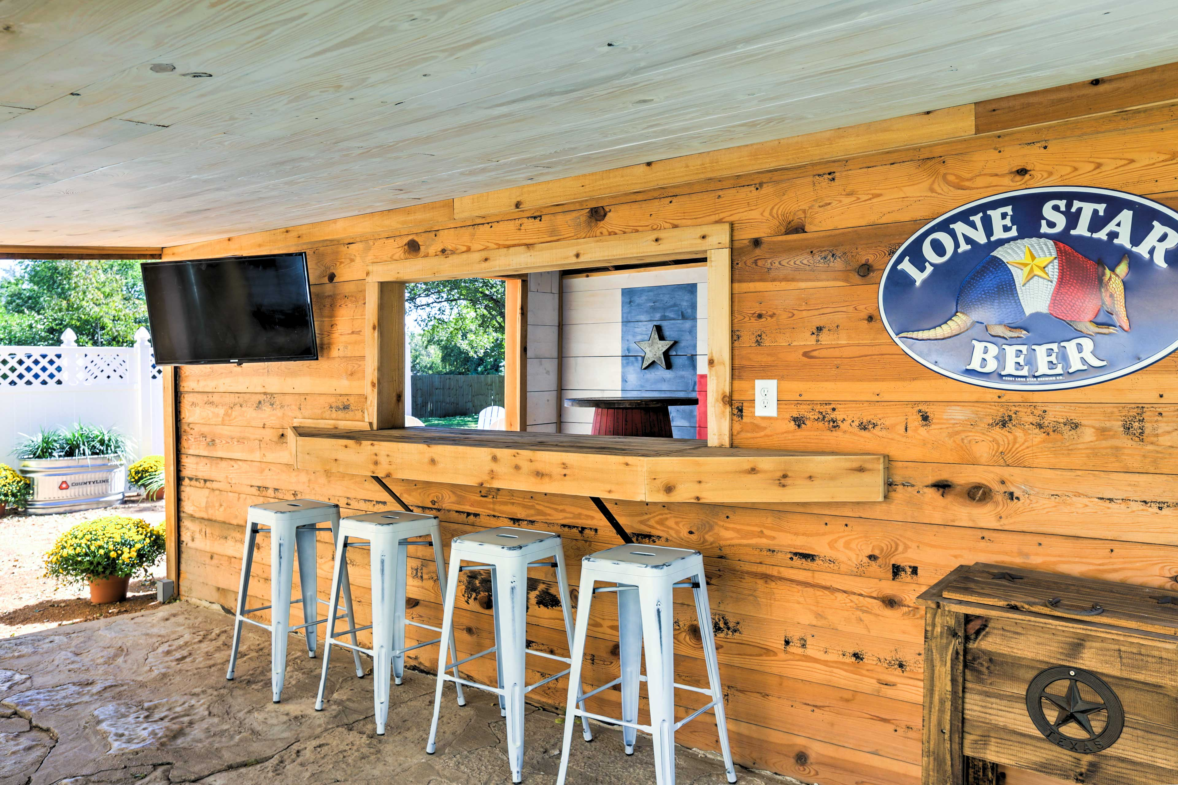 The other side of the barn features a pass-thru window with seating for 6 and a flat-screen Smart cable TV.