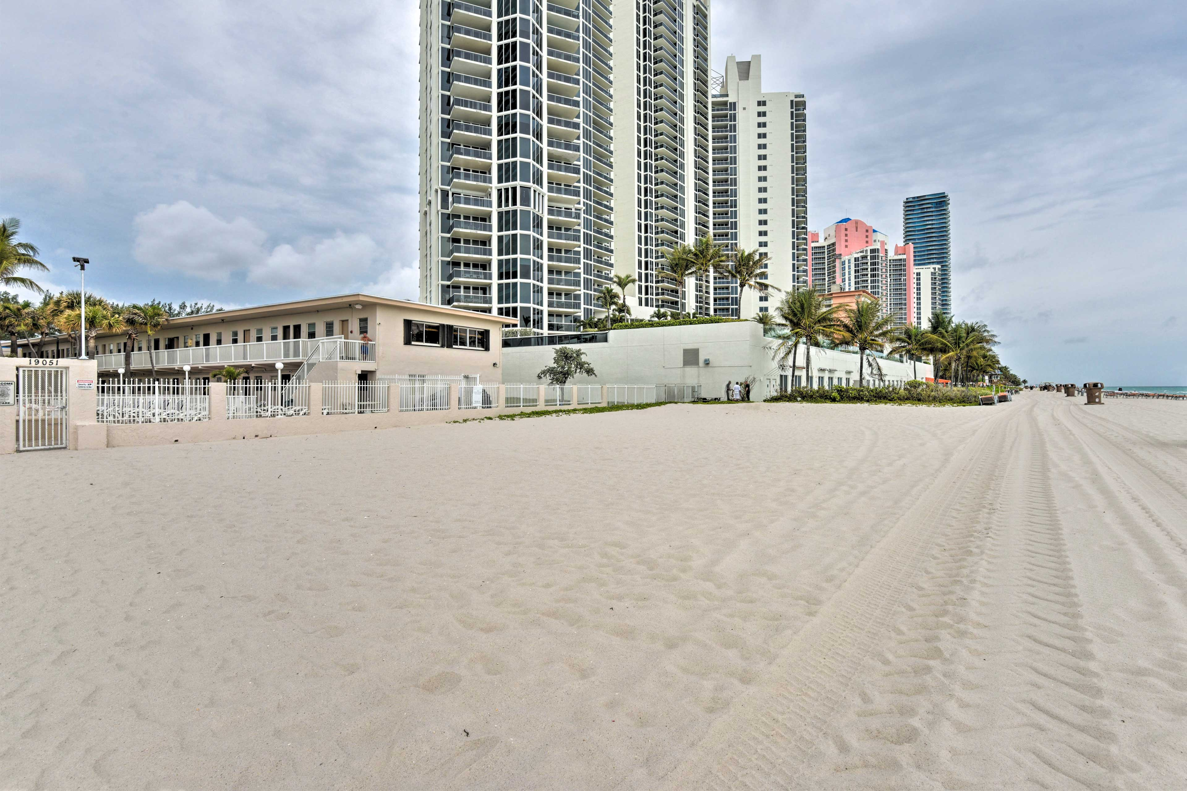 The Miami Beach Club offers a private beach area and an oceanfront pool.