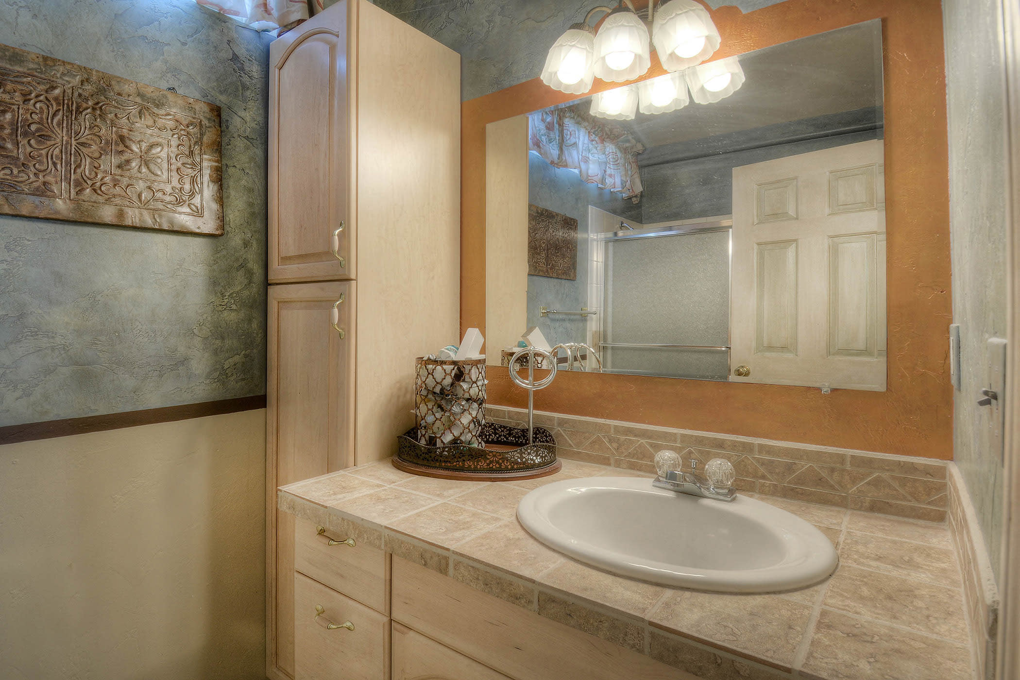 There is 1 pristine bathroom in the home.
