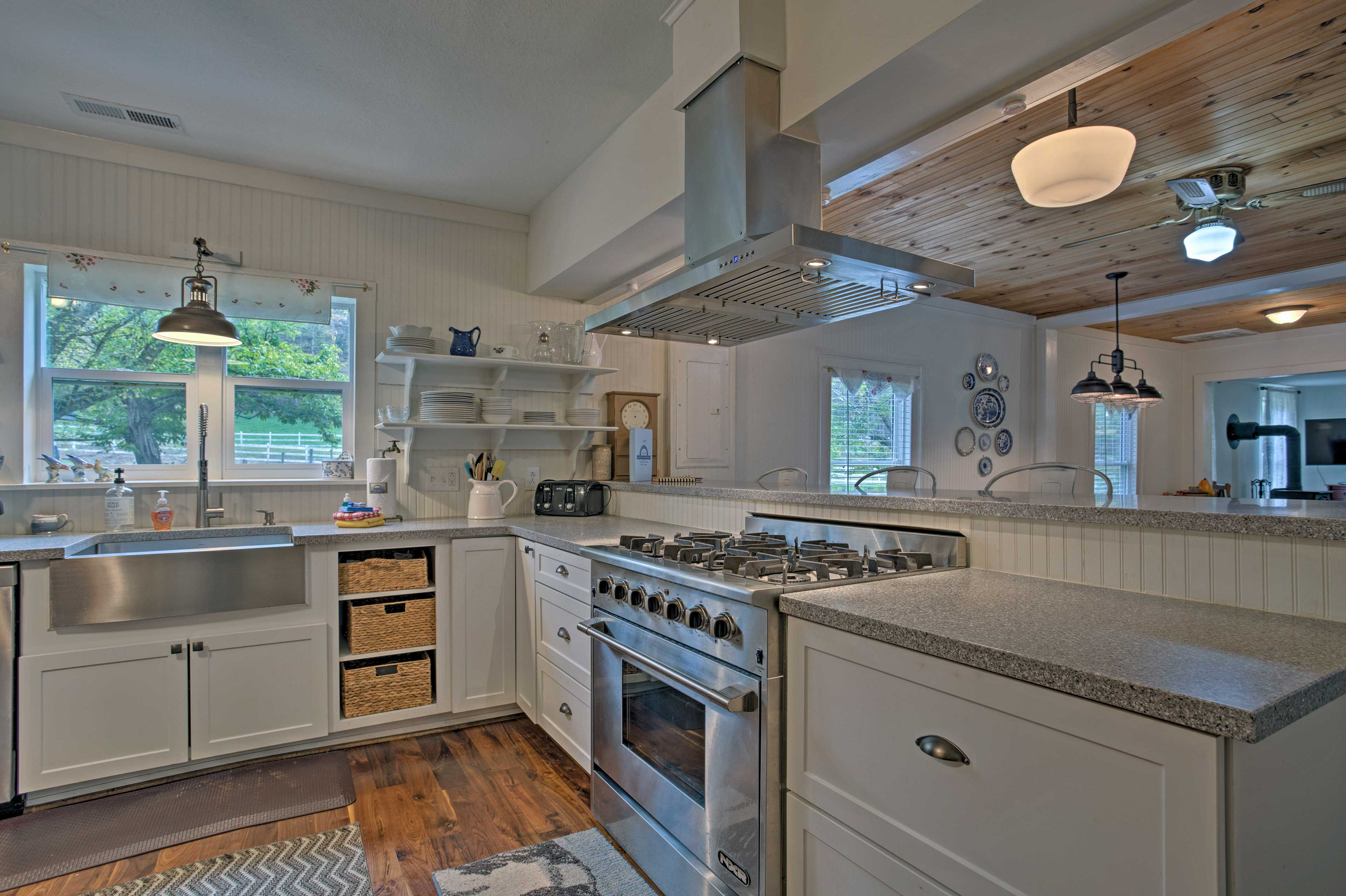 Create delicious meals in the fully equipped kitchen!