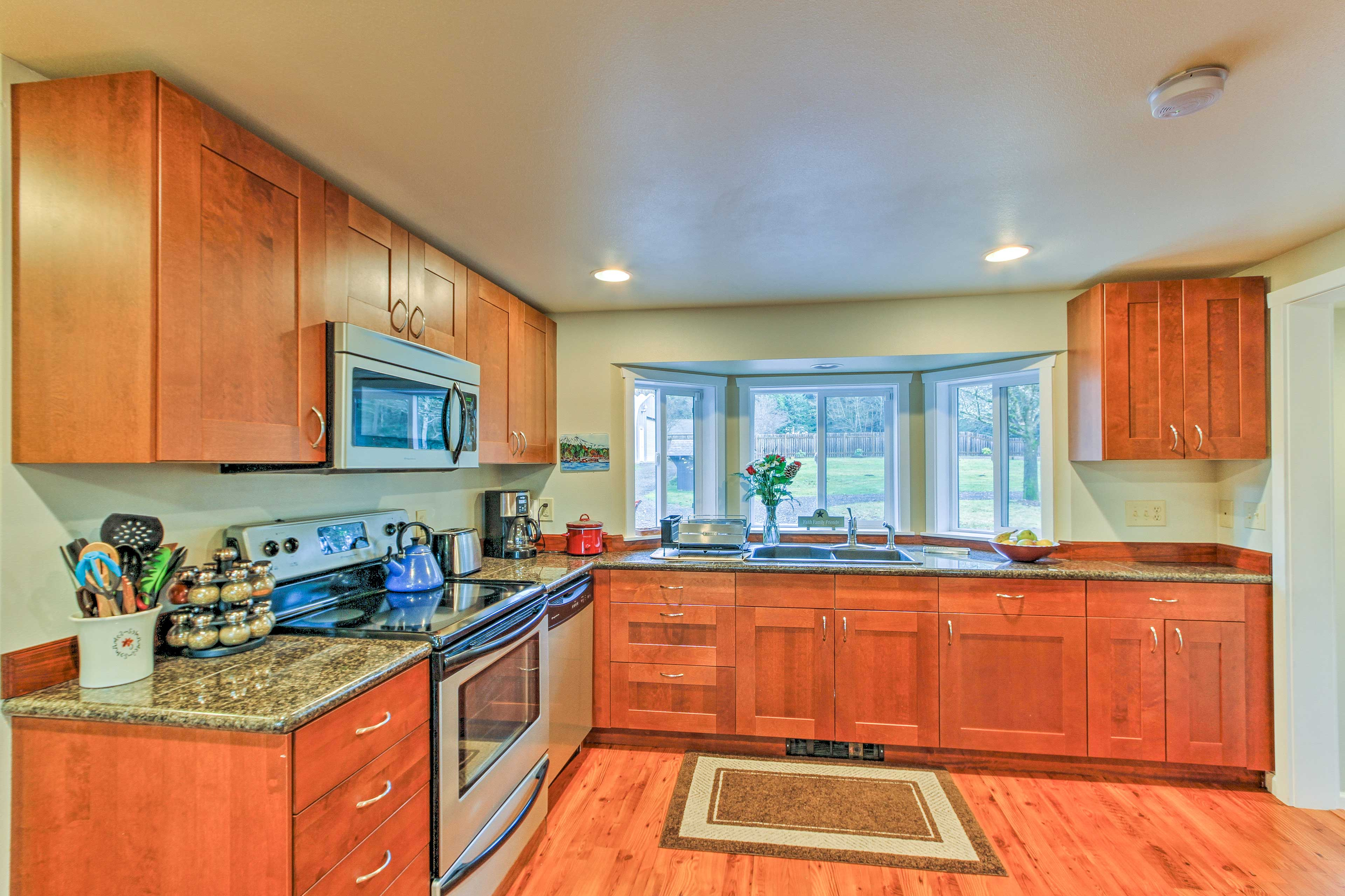 Stainless steel appliances highlight the fully equipped kitchen!