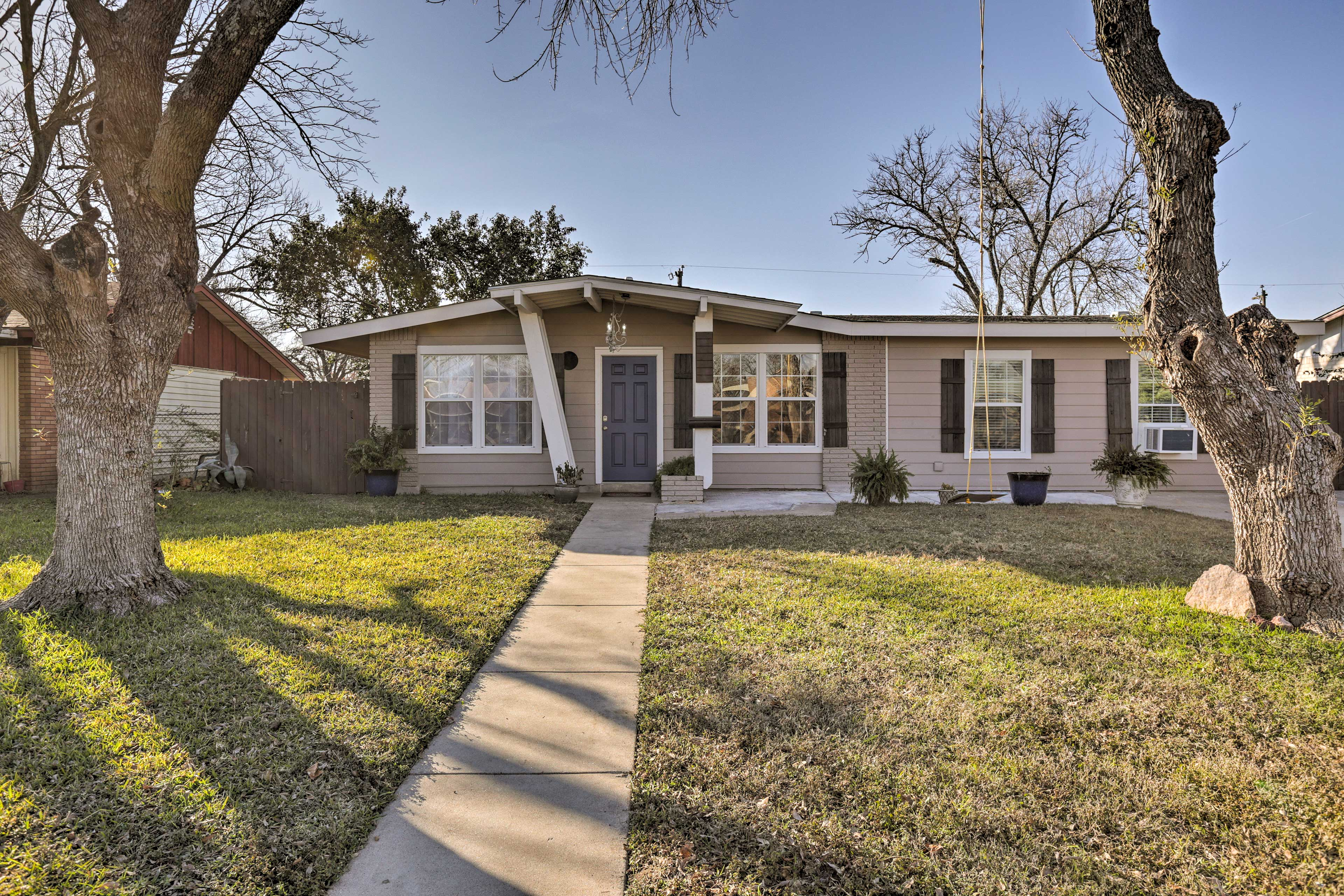 This San Antonio abode is ideally situated only 14 minutes from downtown!