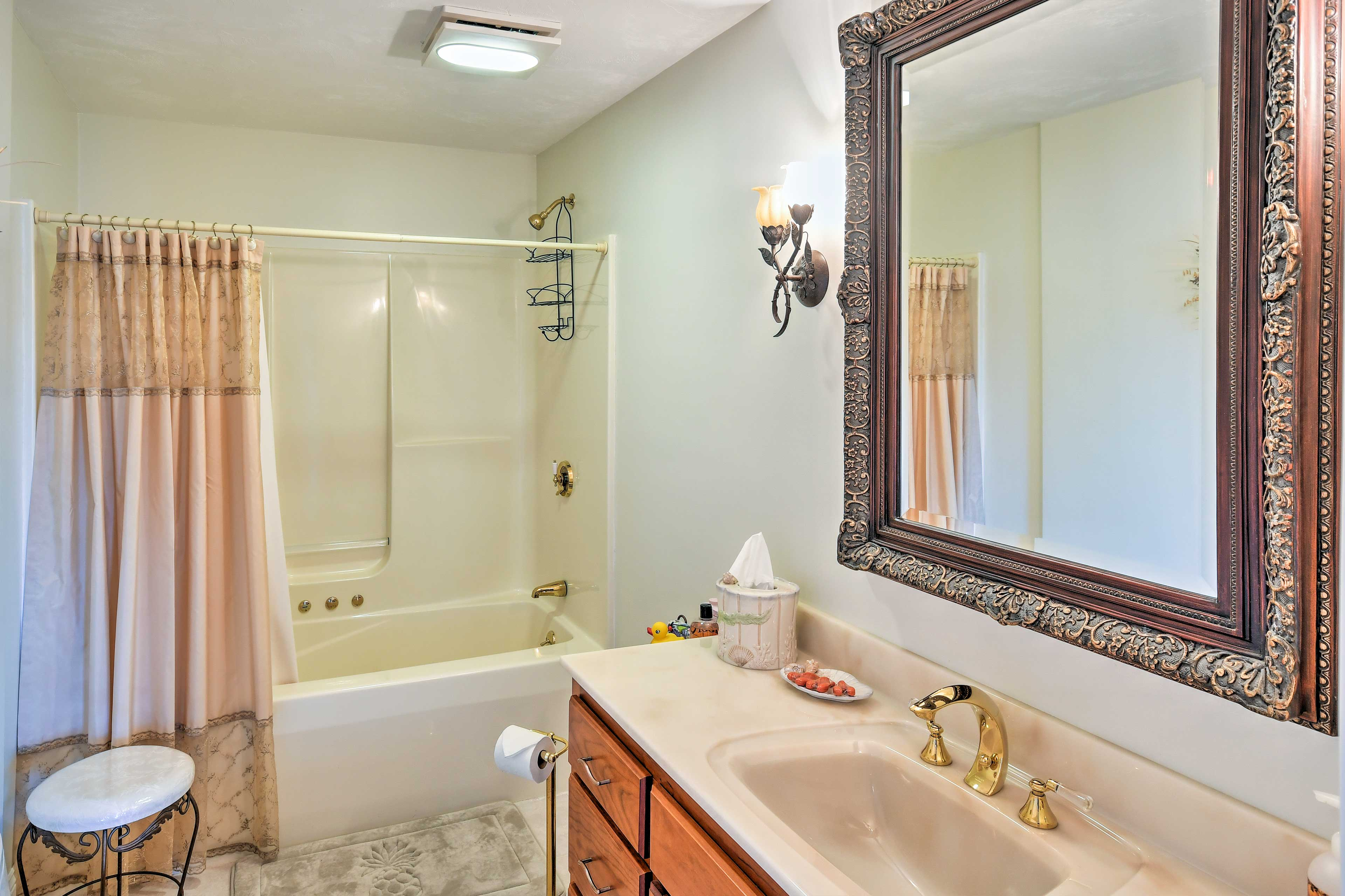 Clean up in the single vanity and shower/tub combo.