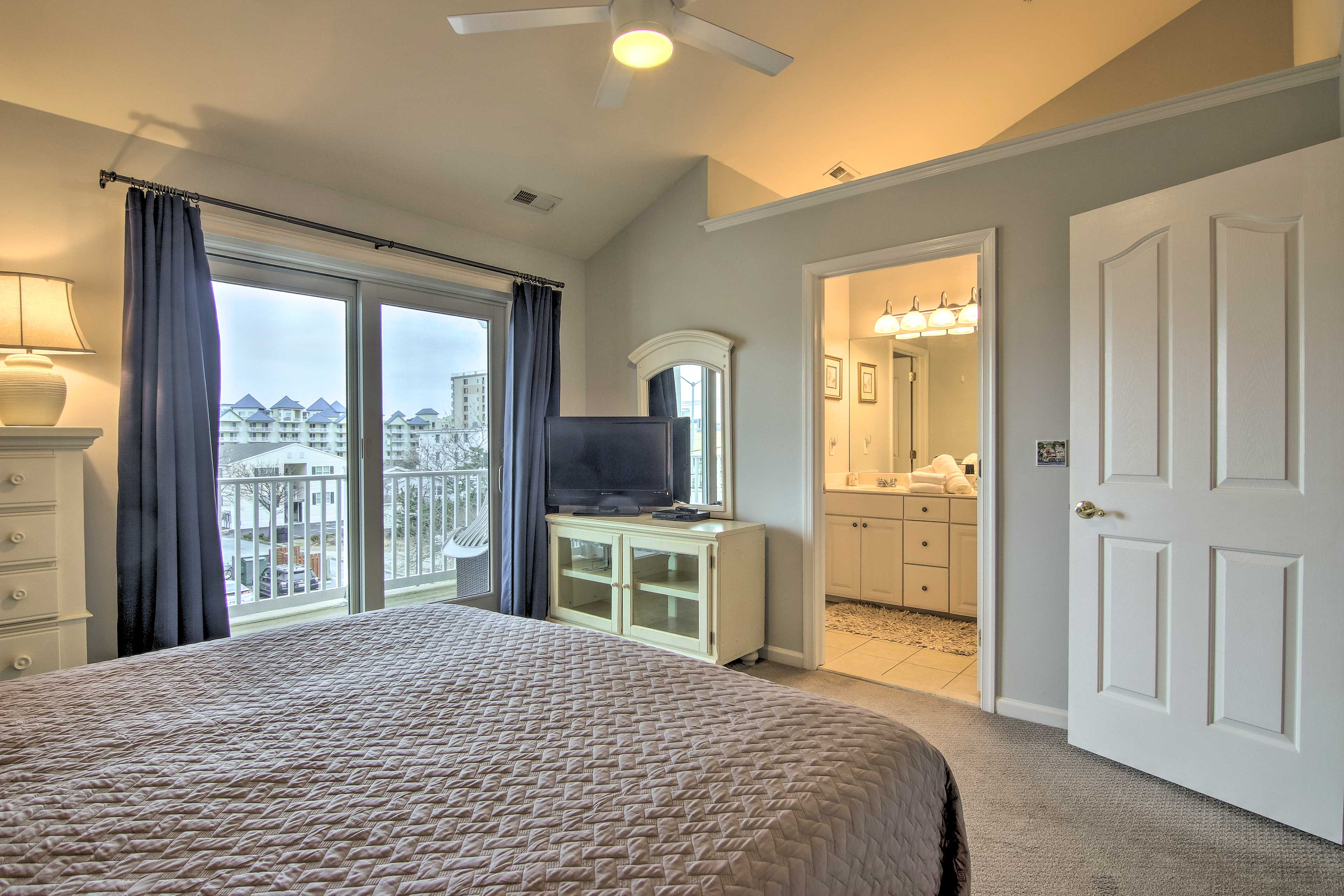 This room offers a flat-screen TV and en-suite bath.