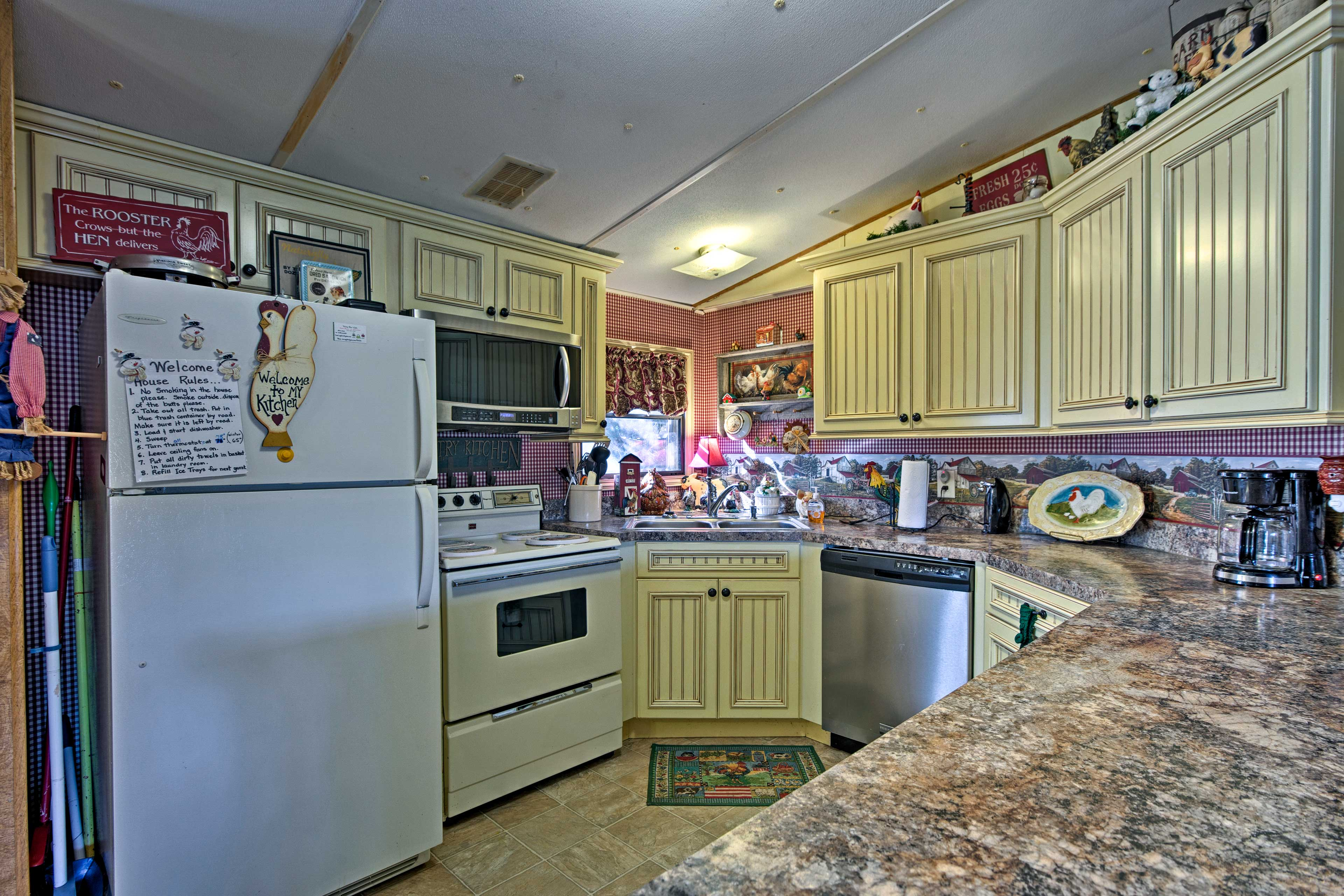 You'll find everything you need in this newly remodeled full country kitchen.