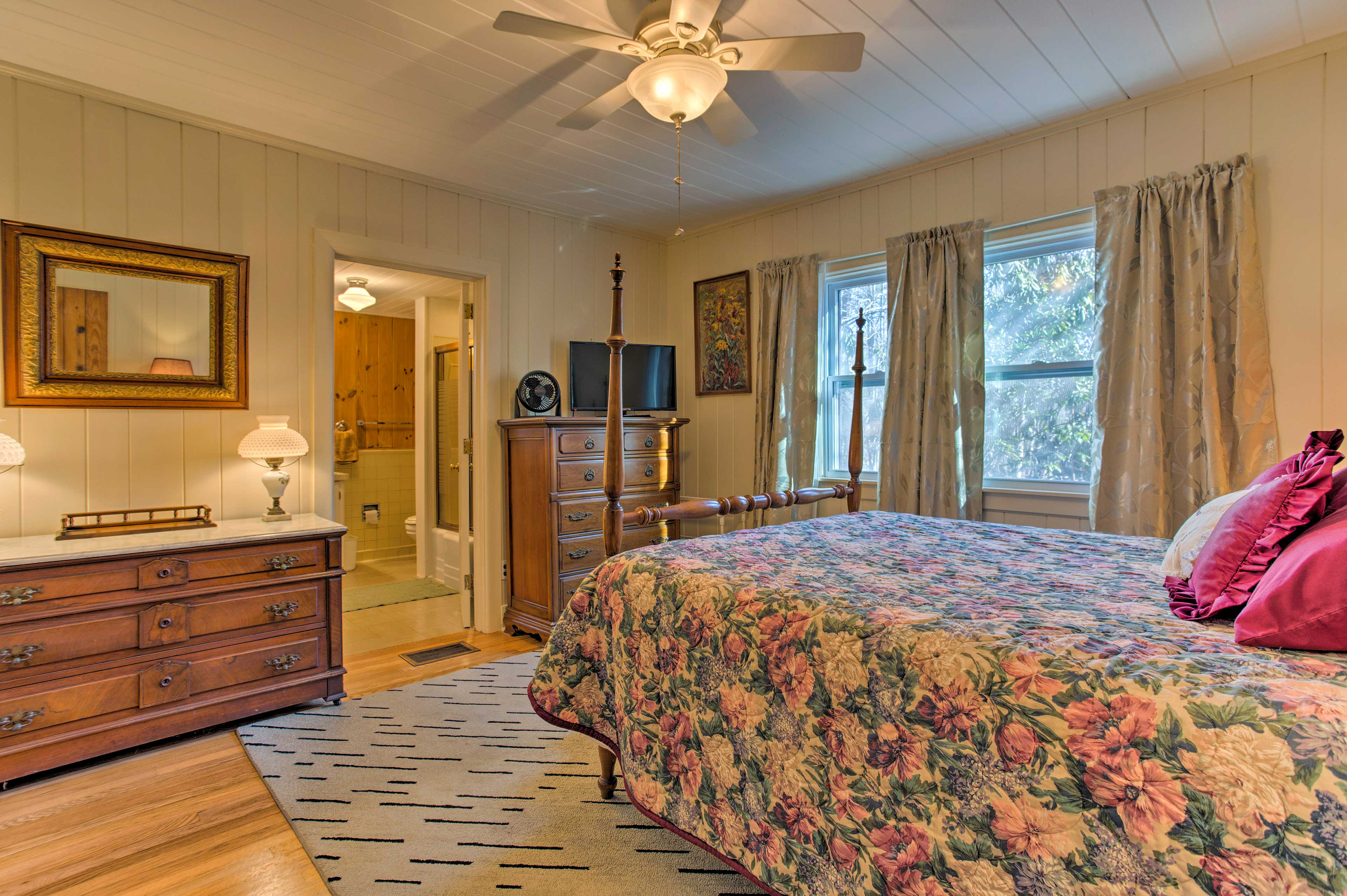 The master bedroom includes a flat-screen cable TV and en-suite bathroom.