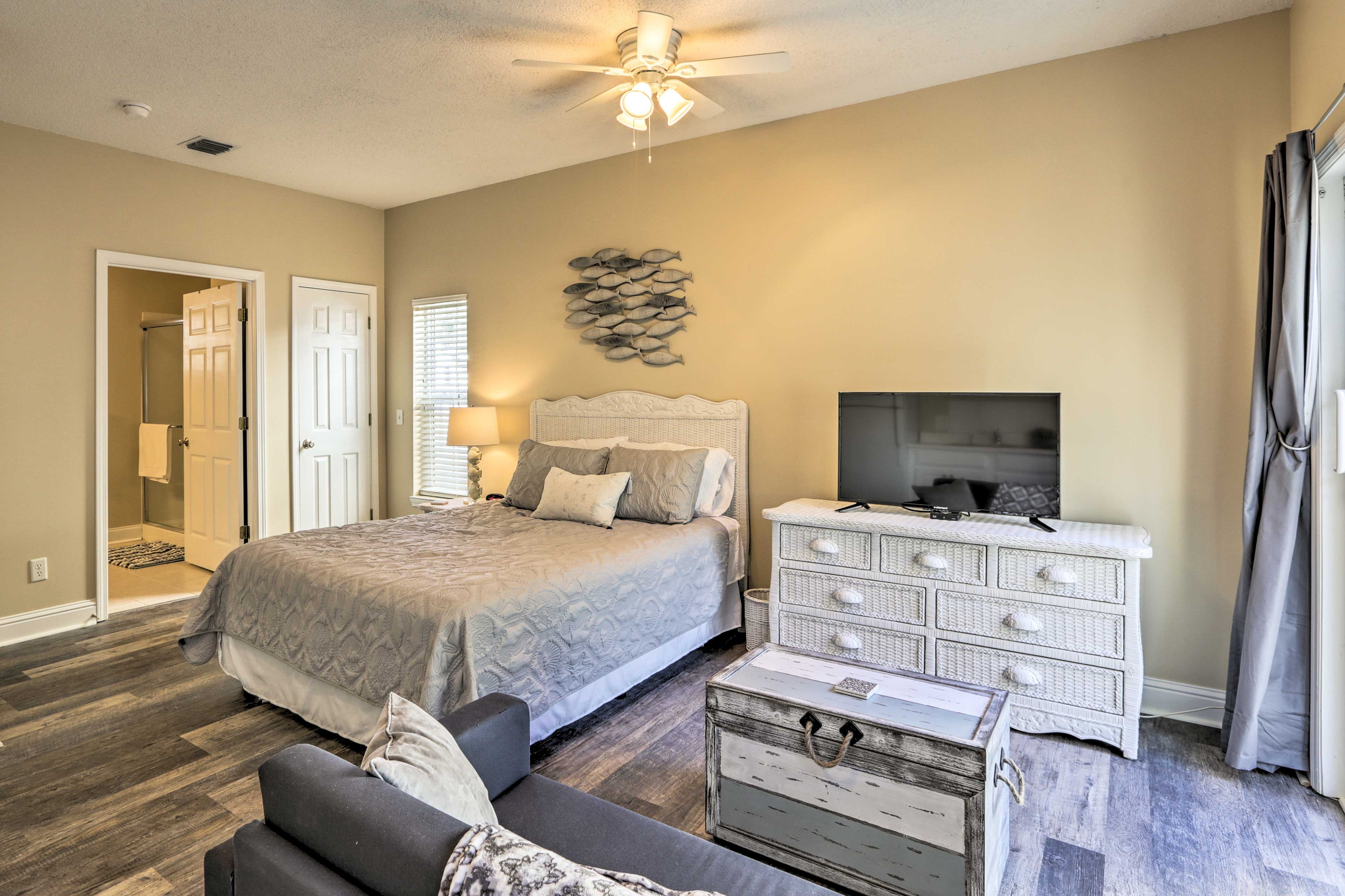 The 40-inch flat-screen TV and queen bed give you everything you need to unwind.