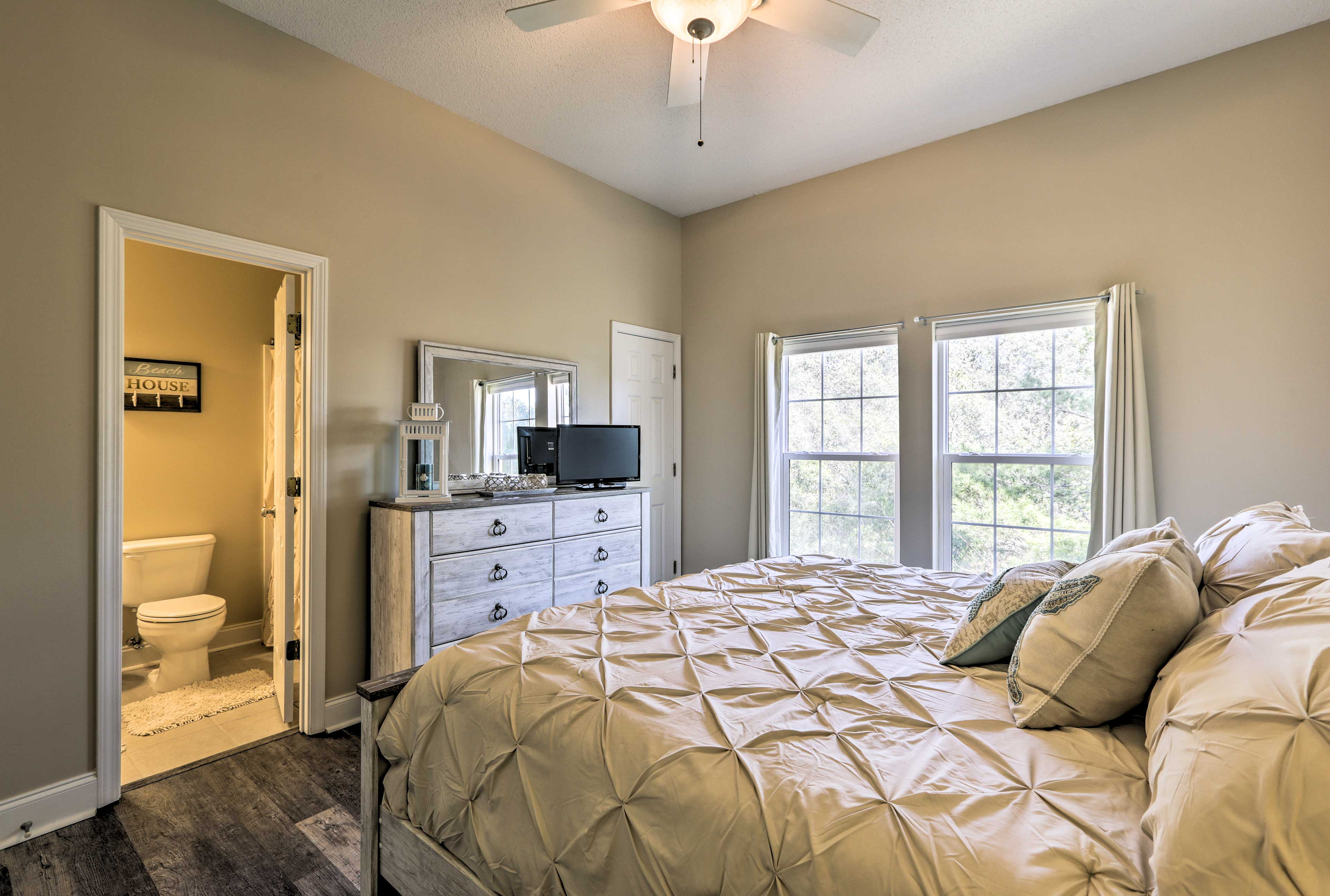 This space features a king bed, flat-screen cable TV, and en-suite bathroom.