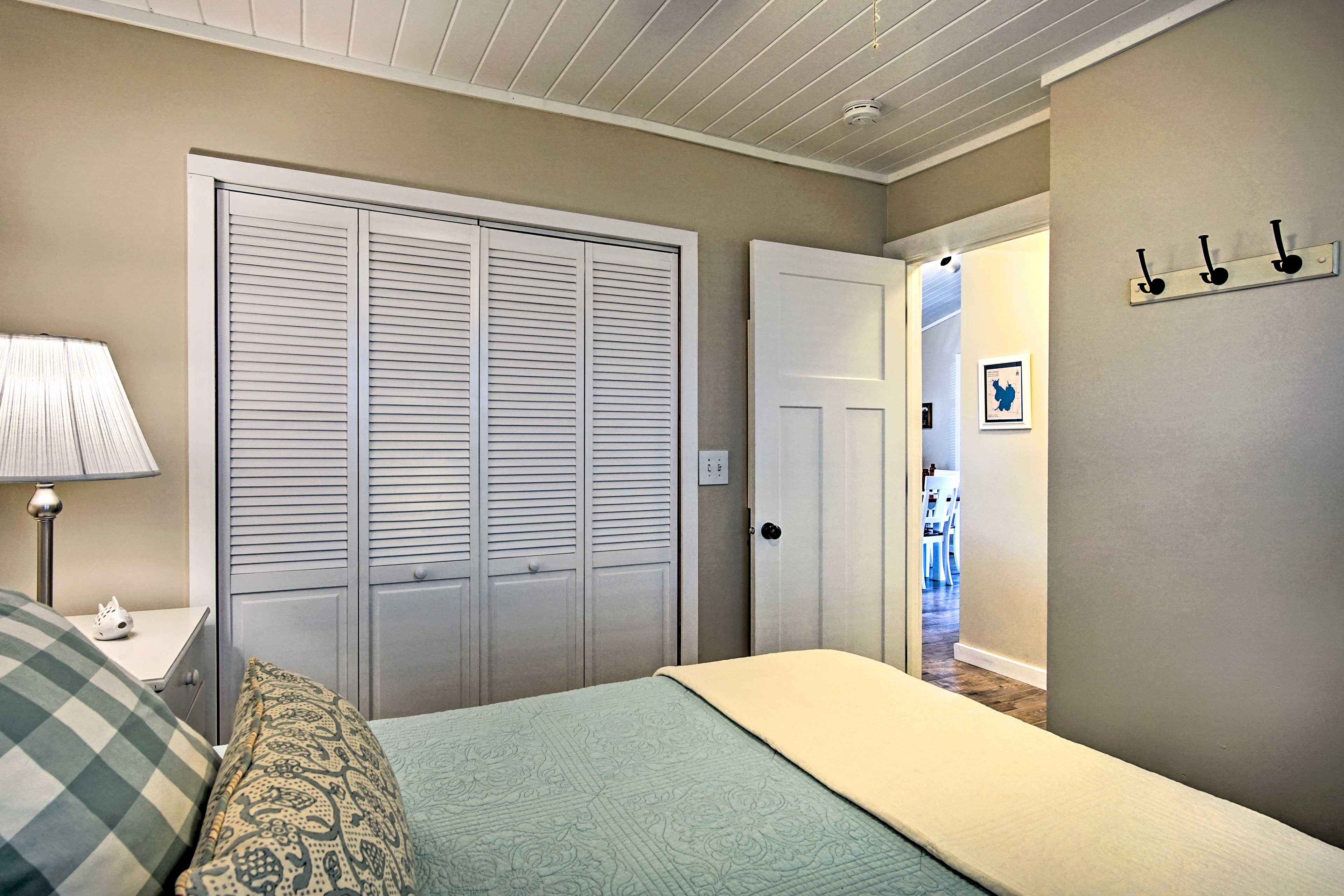 This vacation rental cottage comfortably sleeps up to 6 guests.